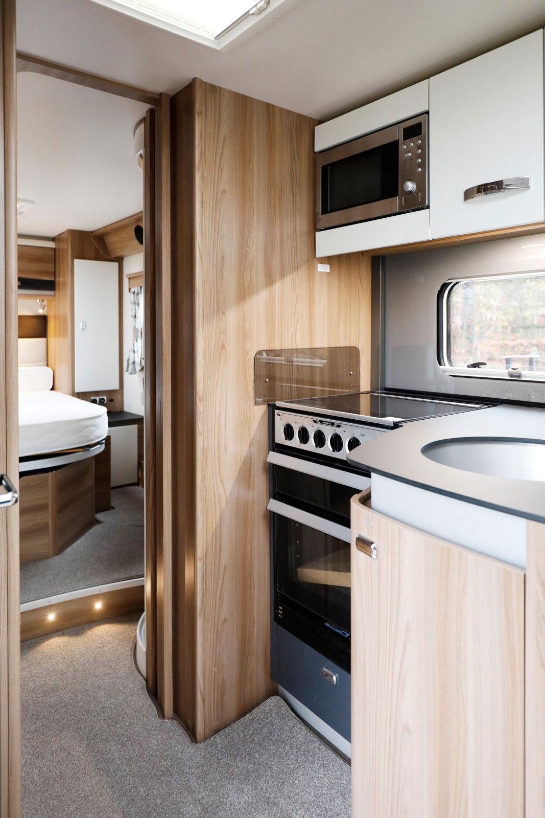 Köket är välutrustat med tre gaslågor, en elplatta (230 V), ugn och mikrovågsugn. Goda förutsättningar för mästerkockar!