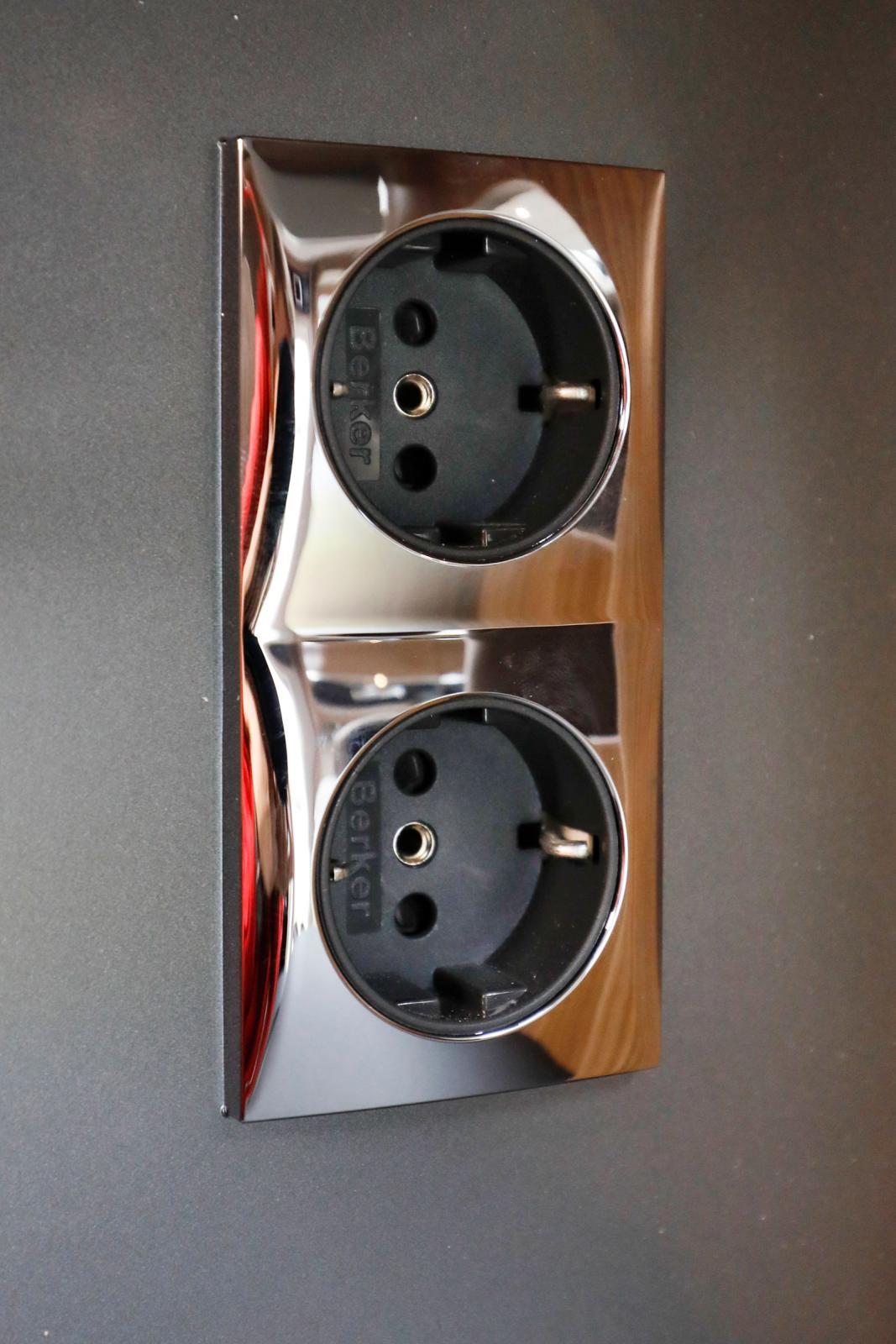 Två stycken 230-volts uttag ovanför diskbänken.
