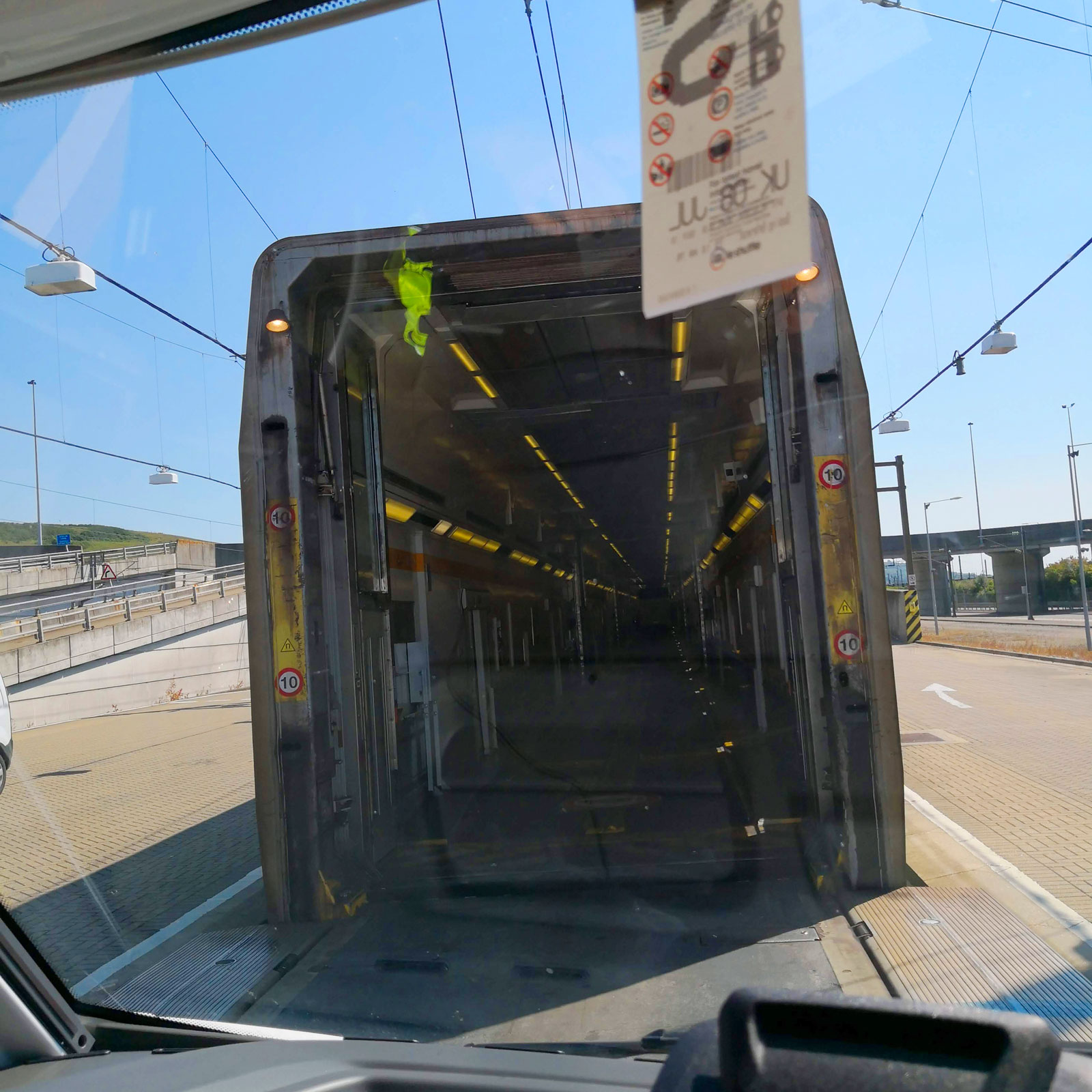 Vagnar för höga fordon är i ett plan medan vagnar för personbilar står i två våningar.