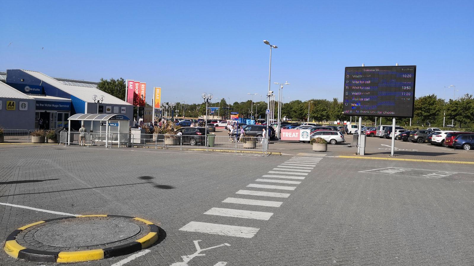 En informationstavla med aktuella avgångar finns utanför terminalen och shoppingcentret Viktor Hugo.