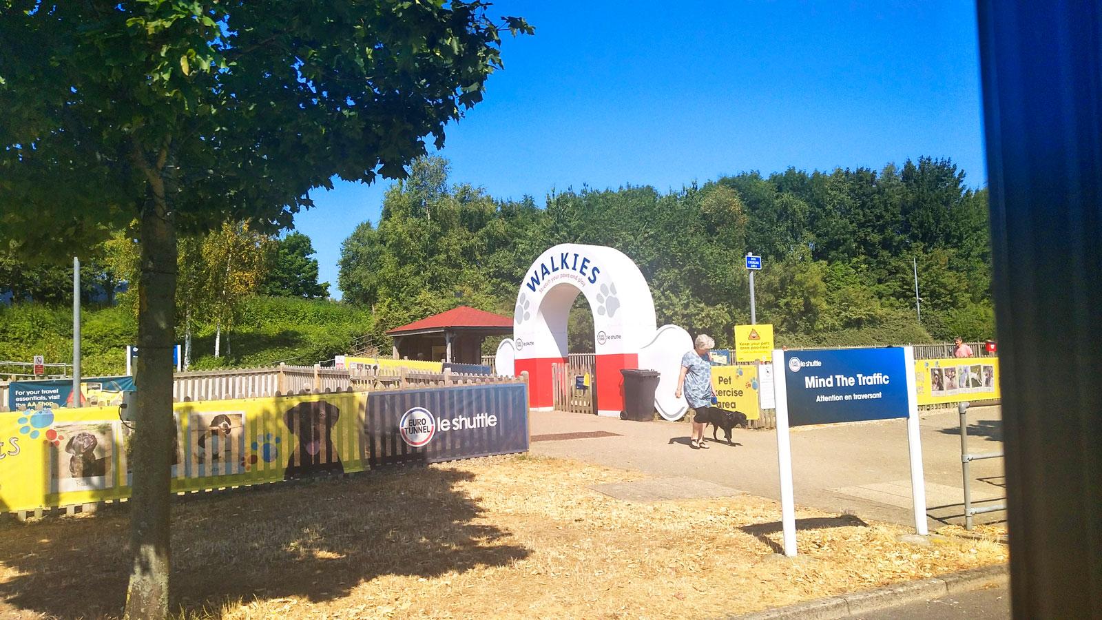 Vid shoppingterminalen finns en aktivitetspark för barne… nej för hundar. Tåget är populärt hos hundägare.