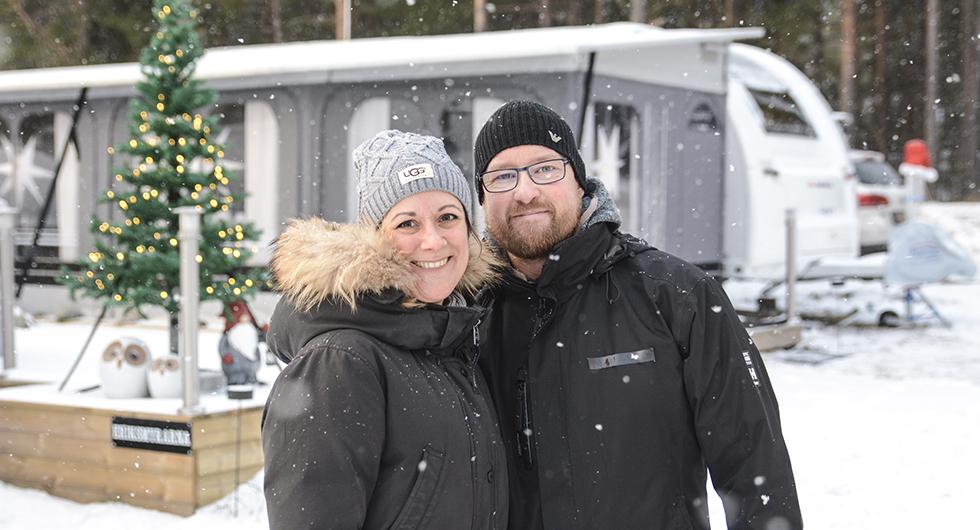 Lisa och Fredrik med sin fina Adria 663 HT -16 i bakgrunden.