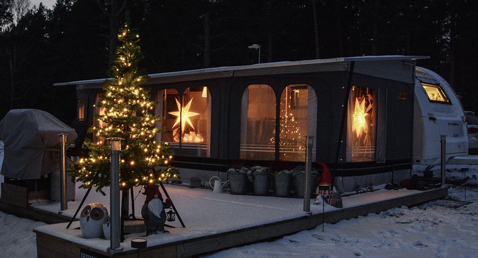 Den som tror att camping, vinter och jul inte är förenligt bör ta en sväng till KustCamp Ekön och säga hej till Fredrik och Lisa Eriksmyr.