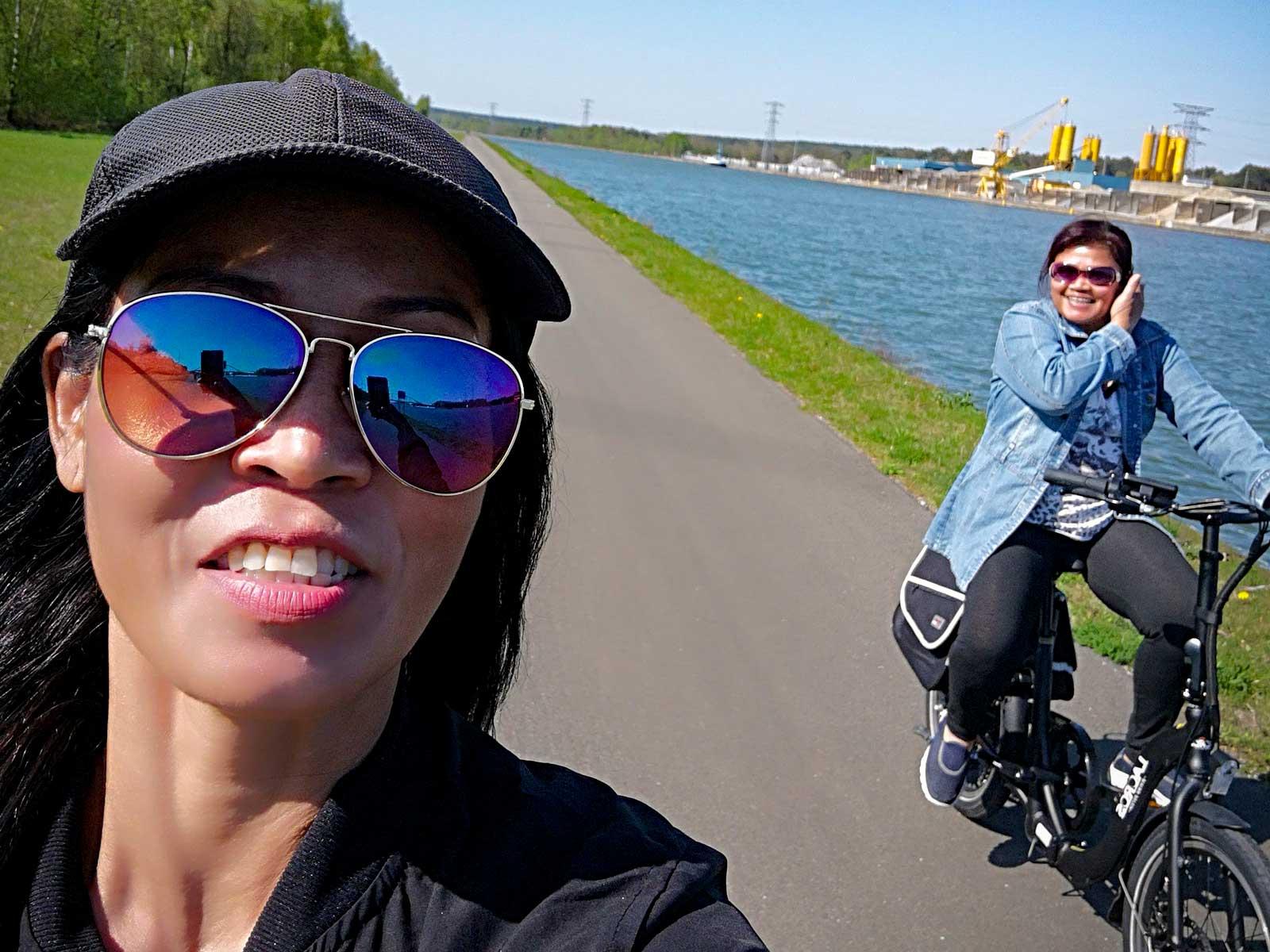 Med husbilen parkerad åker vi på elcykeltur. Gott om cykelvägar.