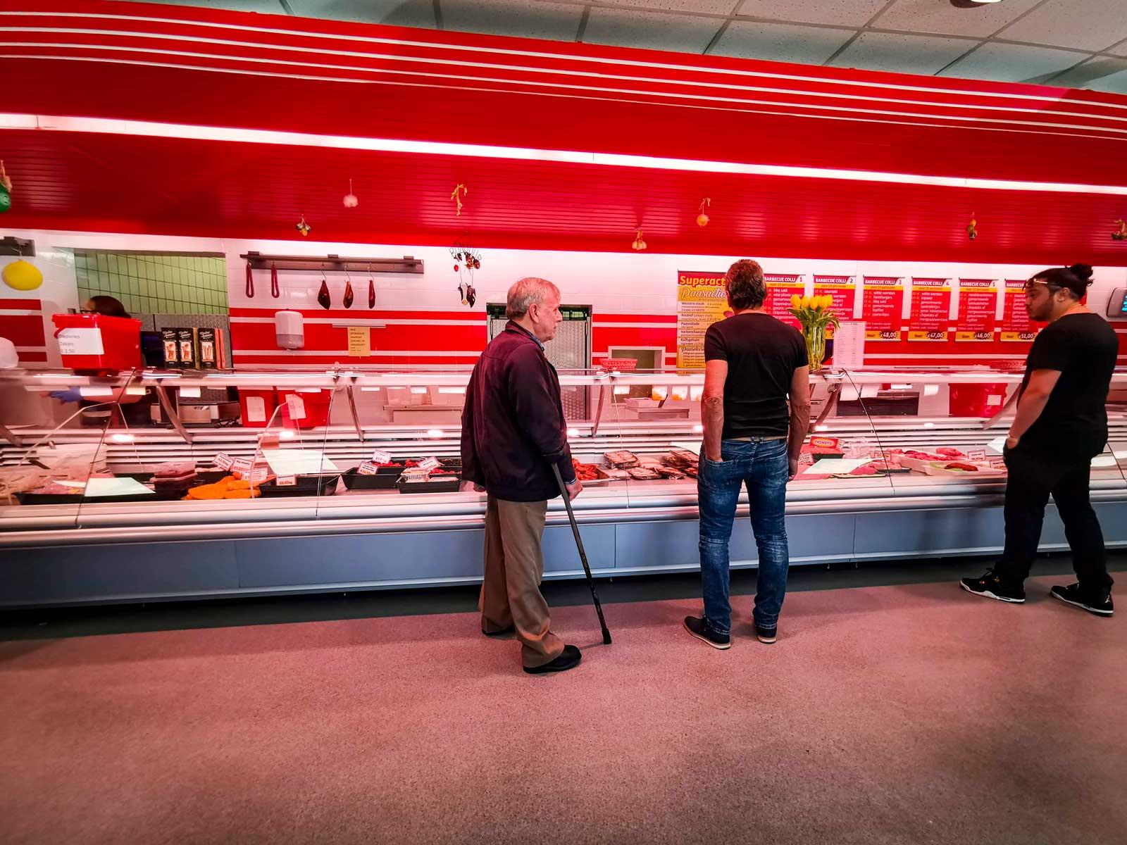 Vi tar en tur till köttbutiken där utbudet är enormt. Kölappar, köttdisk och öppet till sent på kvällen.