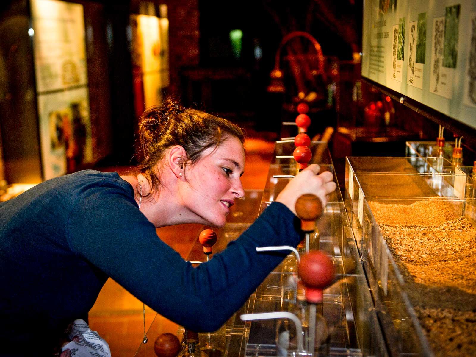 På museet får man provsmaka, lukta och känna på mängder av flaskor.