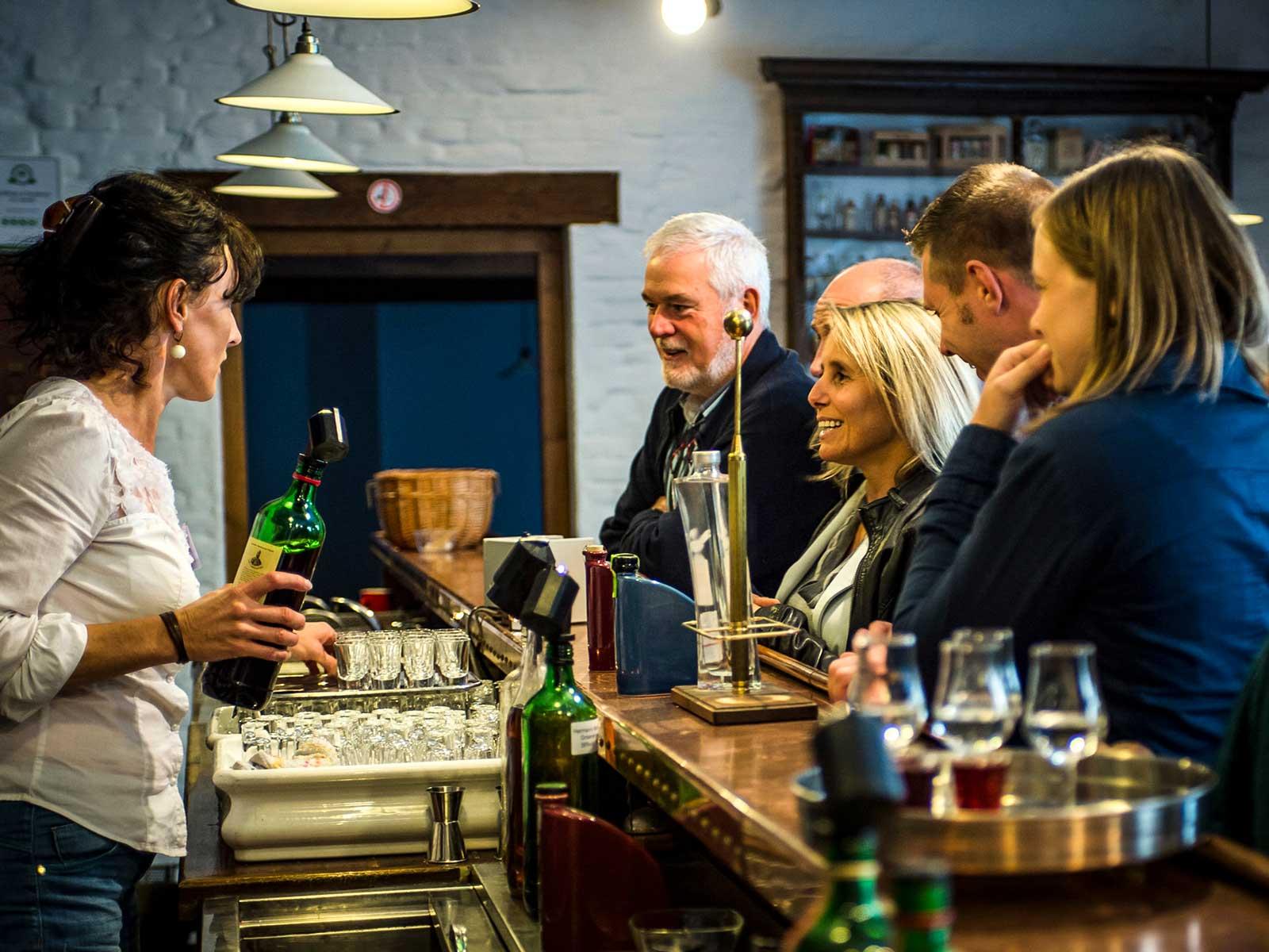 I staden Hasselt finns ett Jenever-museum där man får veta allt om den enbärskryddade spritdrycken som är föregångare till gin.