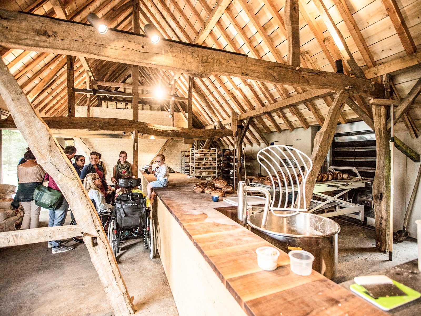 Openluchtmuseum Bokrijk med brödbak på bild.