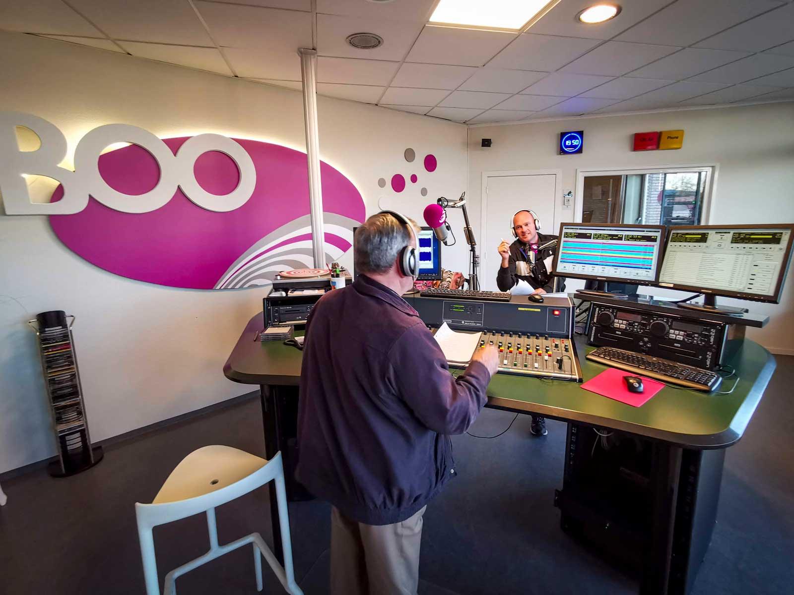 Vi får följa med till vår väns arbetsplats på Radio Boo som spelar klassiska hits dygnet runt.