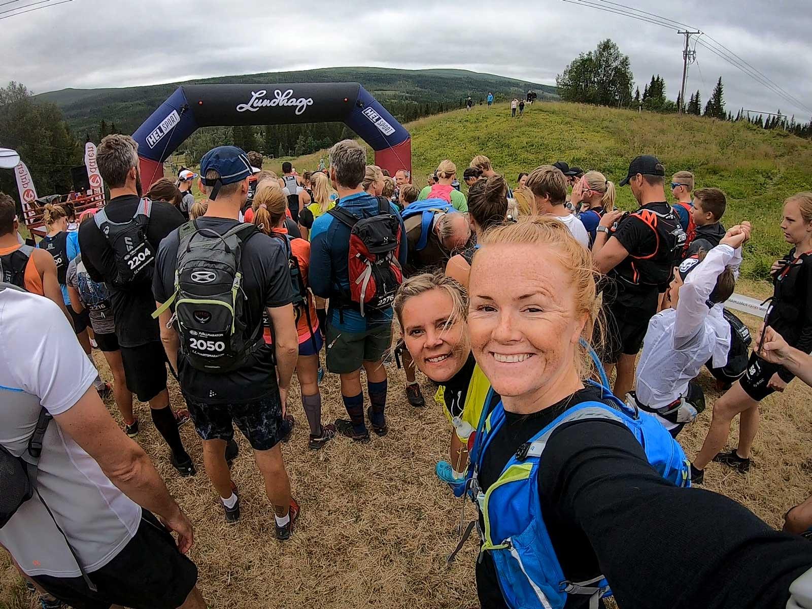 Brynja med sin vän Ida och springer Ulvang Kvartsmaraton i Åre under Fjällmaratonveckan.