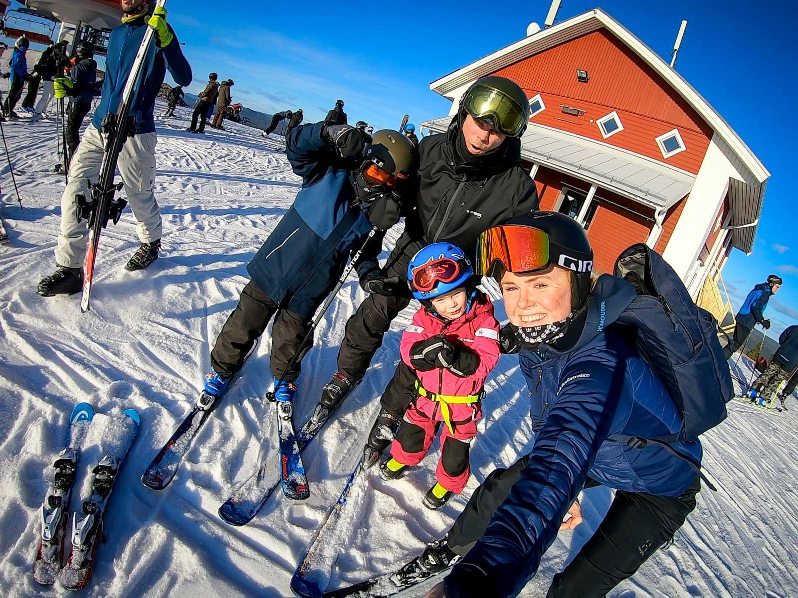 En av få bilder på hela familjen från en av våra resor. Här på sportlov i Branäs. Från vänster Sigge, Niclas, Isafold och Brynja.