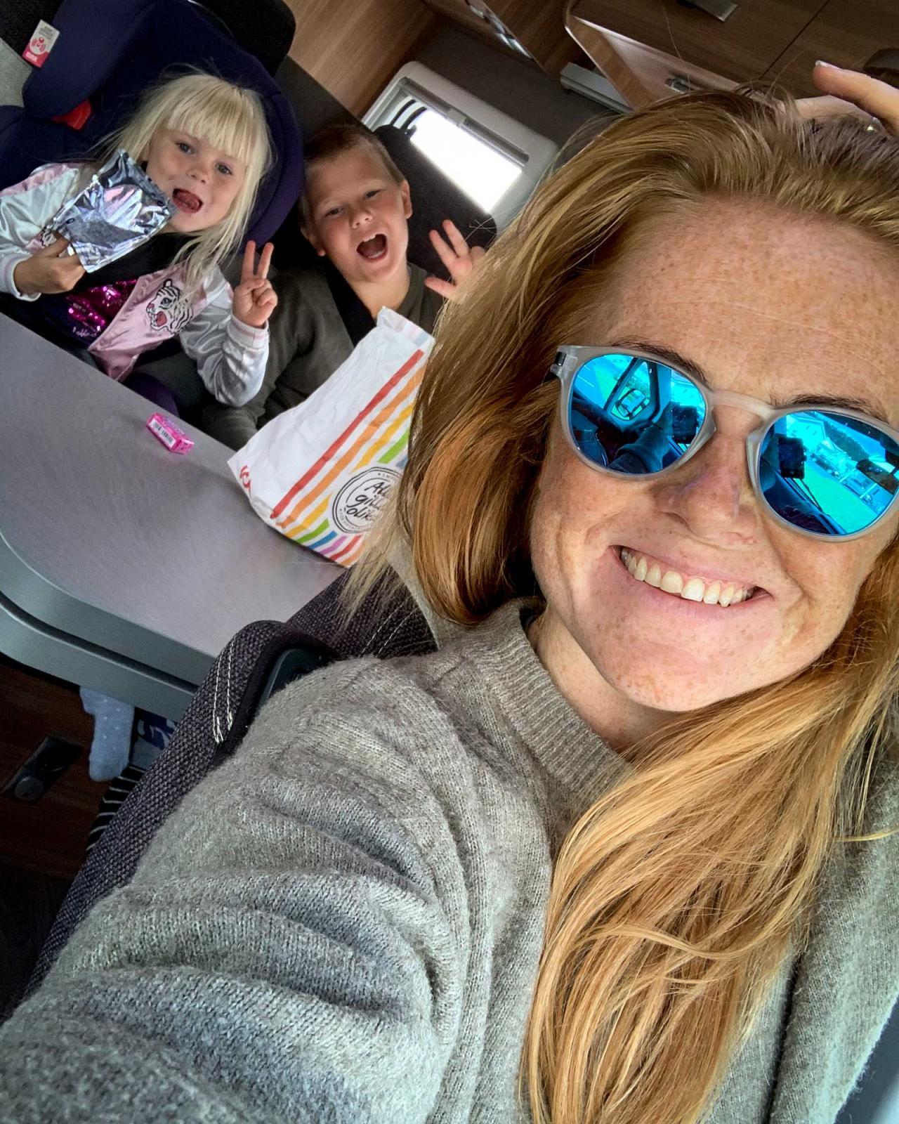 Brynja reser ofta ensam tillsammans med barnen – som älskar husbilslivet! Här under höstlovet på väg till Isaberg.