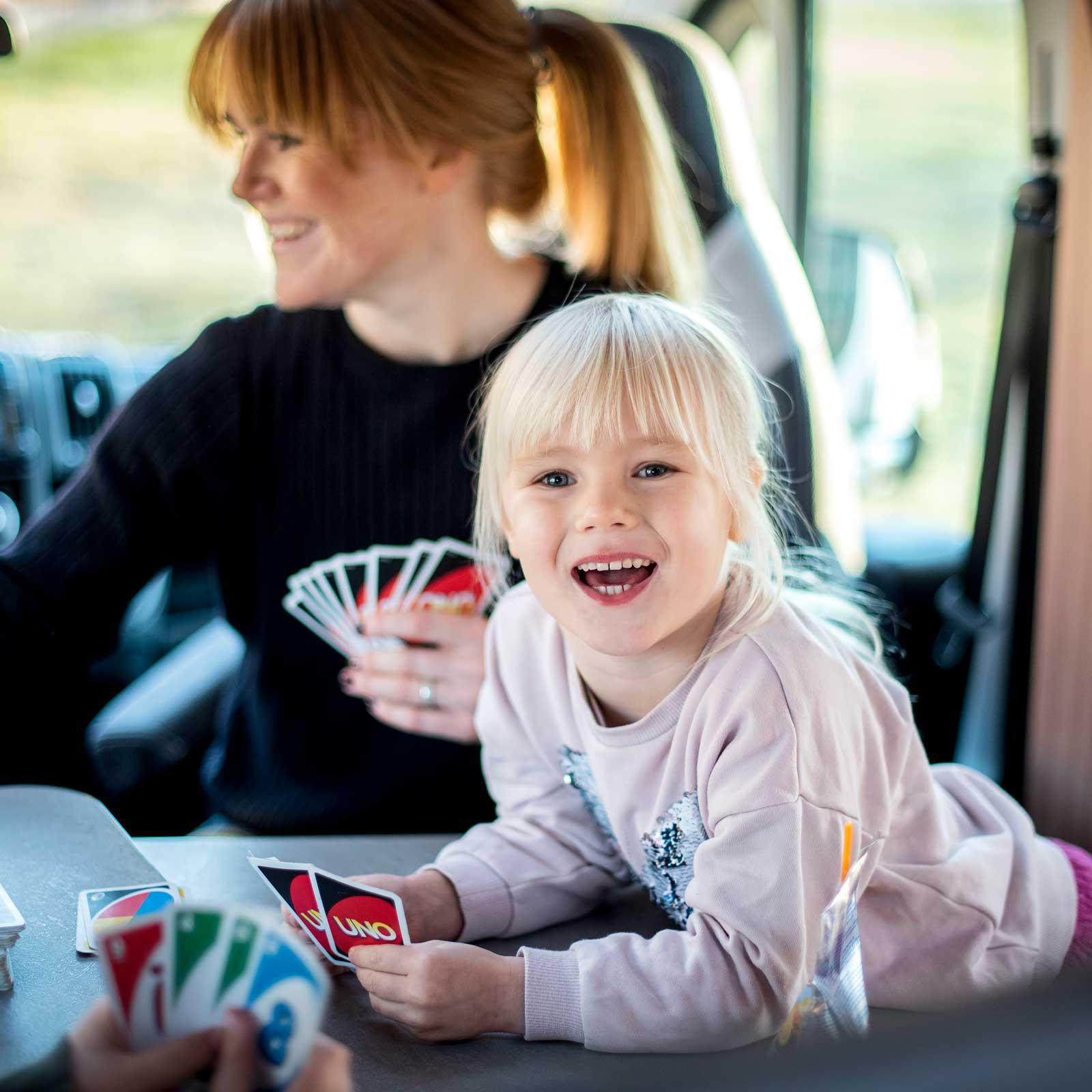 Med stor sittgrupp finns gott om plats att spela Uno.