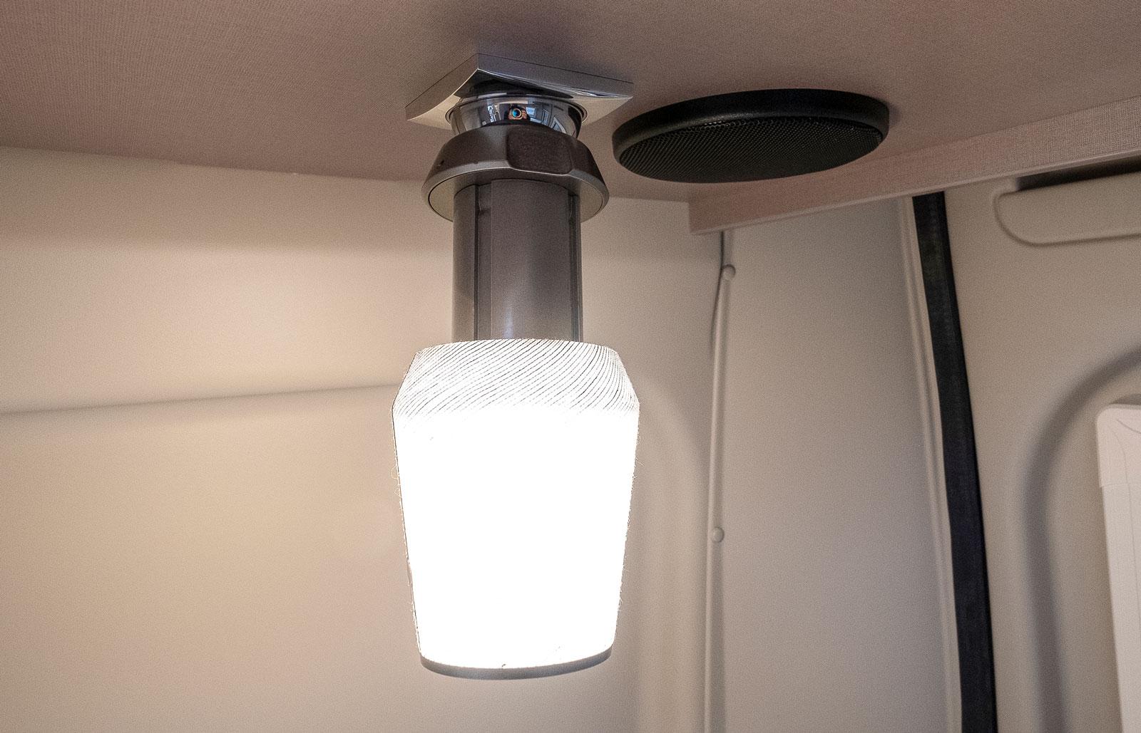 Lamporna är batteridrivna och fästs med magnet. Kan flyttas!