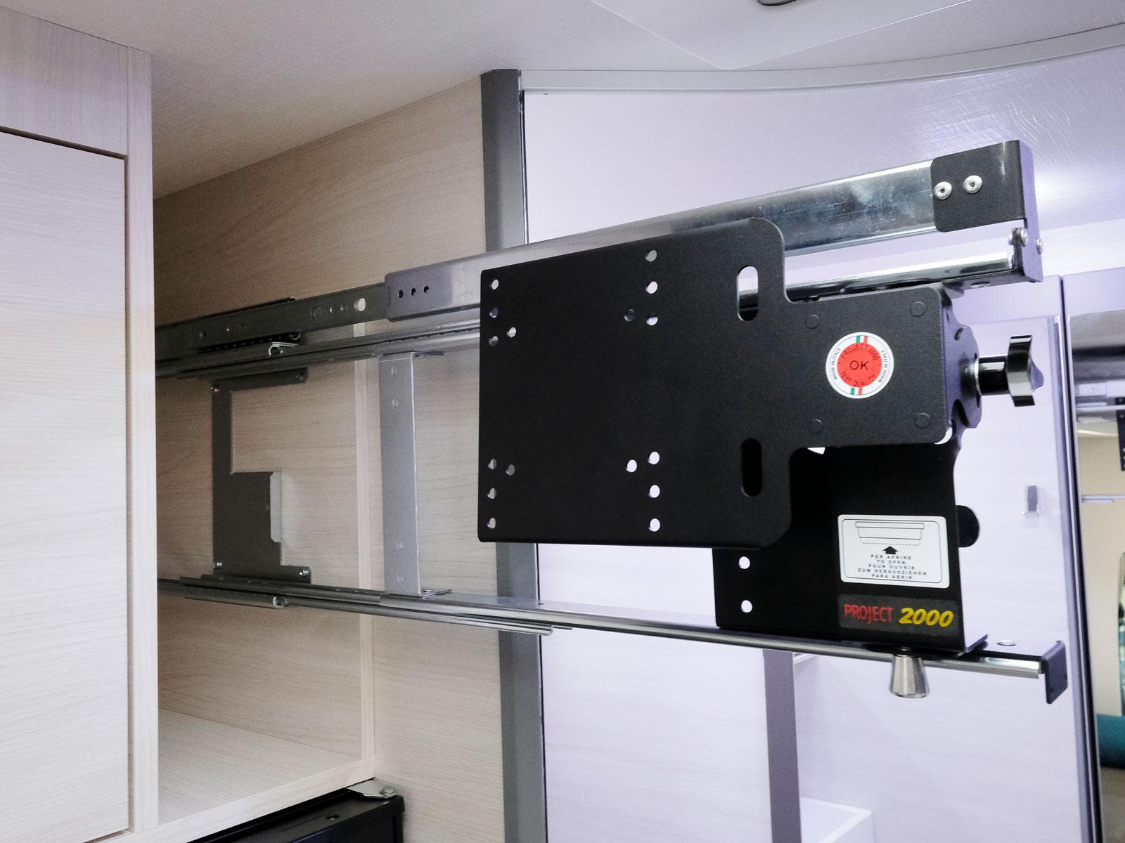 Ovan kylskåpet finns tv-arm. Lite långt från framstolarna.