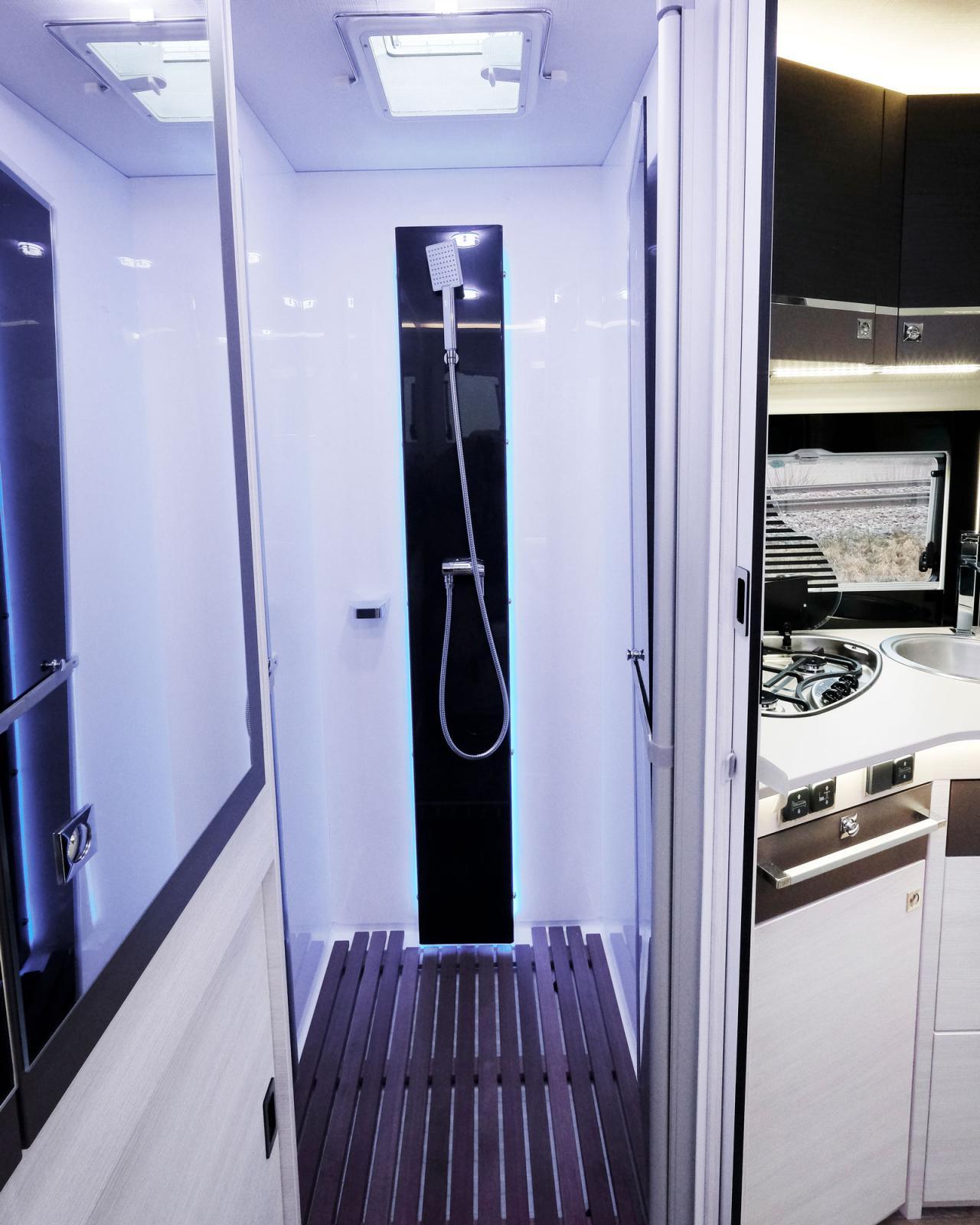 Stor duschkabin med gott om svängrum finns det i bilen. Något som saknas är en stång där kläder kan hänga och droppa av sig.