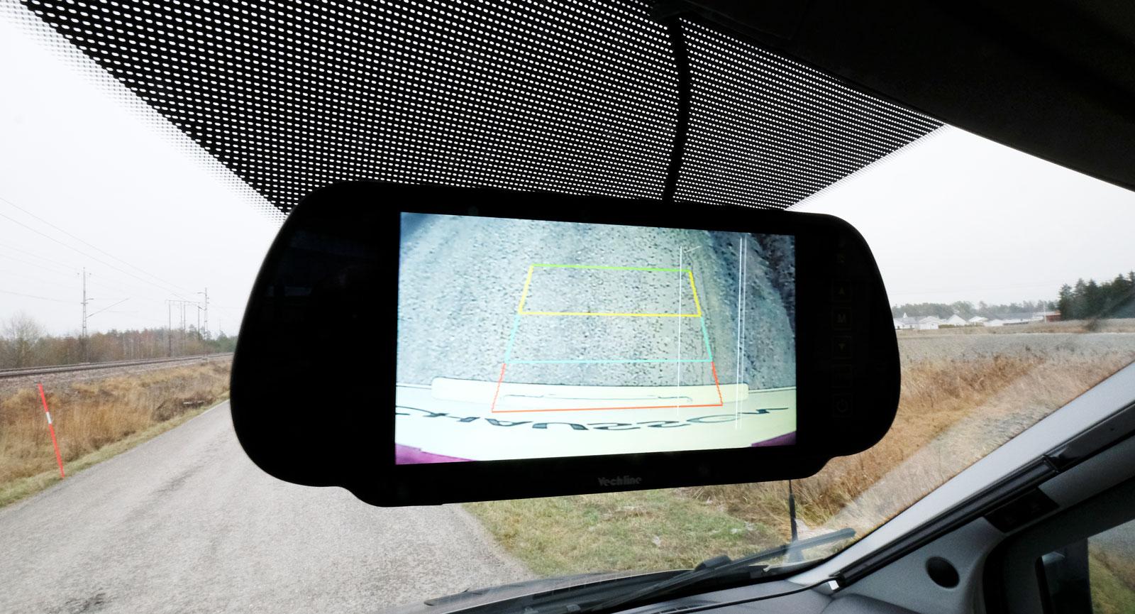 Backkamerans monitor är placerad i innerbackspegeln.