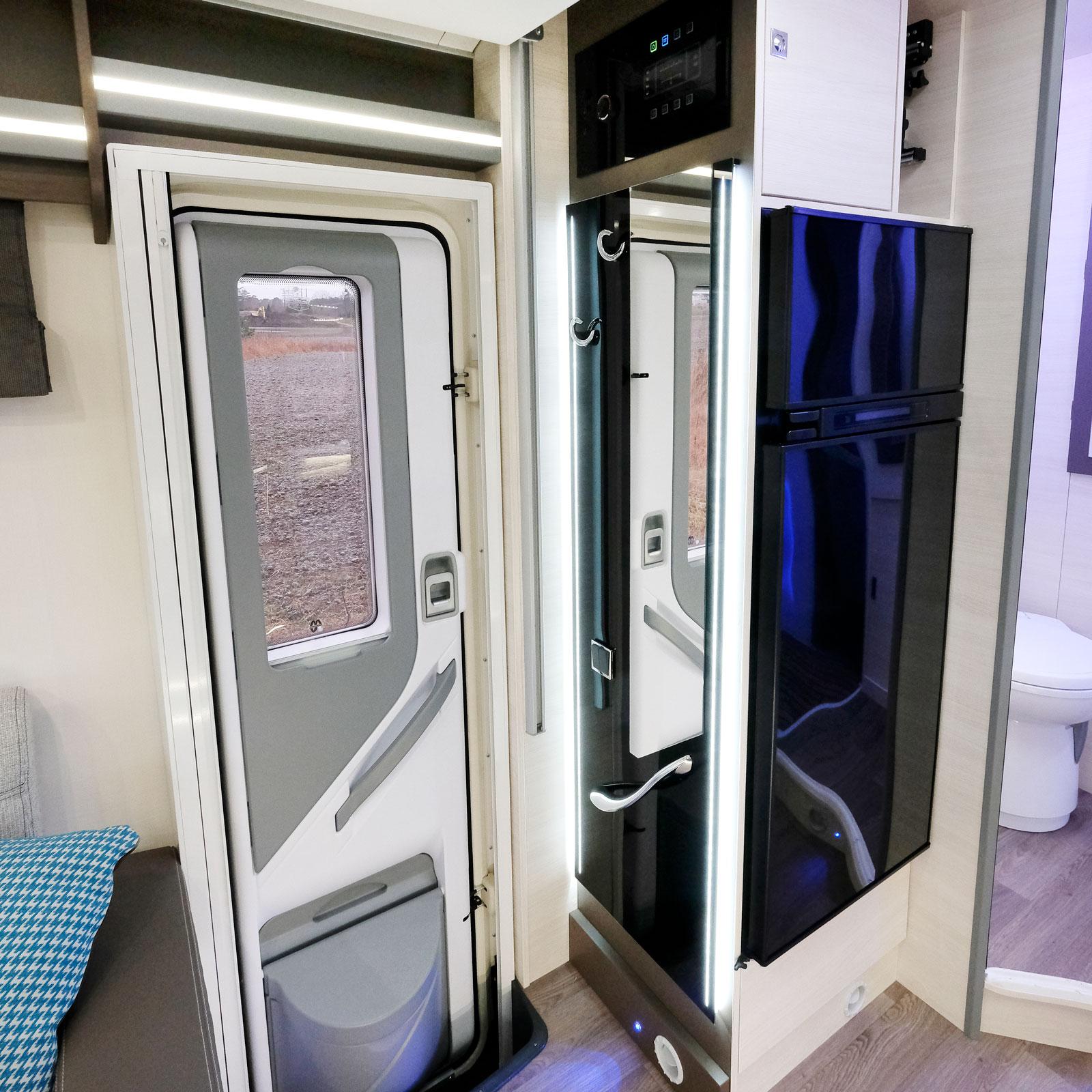 Vid entrén finns en högsmal spegel och klädkrokar, en bra lösning för de som vill ha bägge. I dörren ett stort fönster.