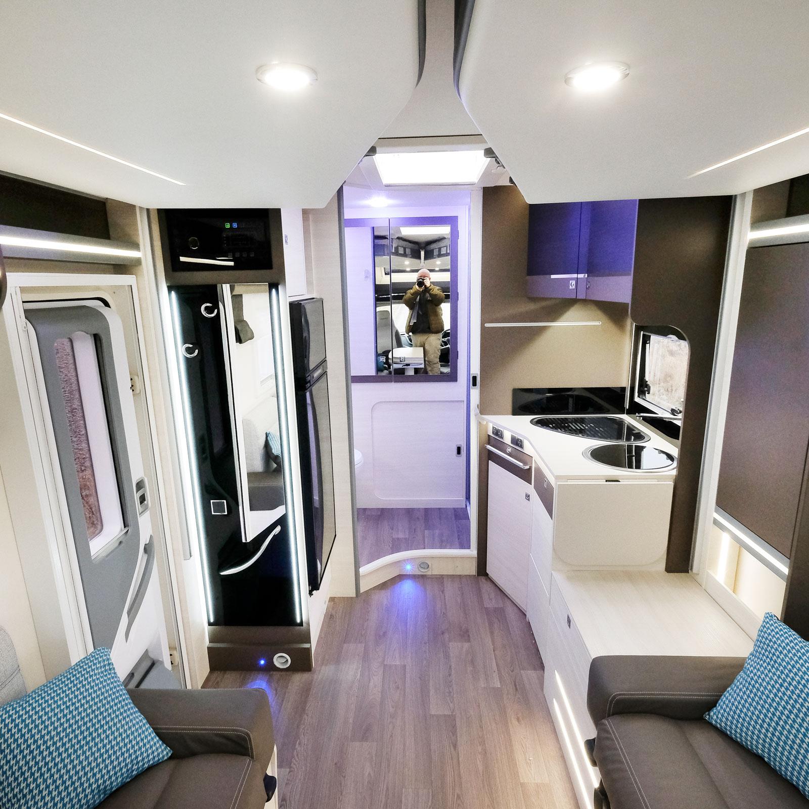 Det är en öppen planlösning i denna etta! Den bakre delen upptas av kök, kylskåp och badrummet som även har en stor garderob.