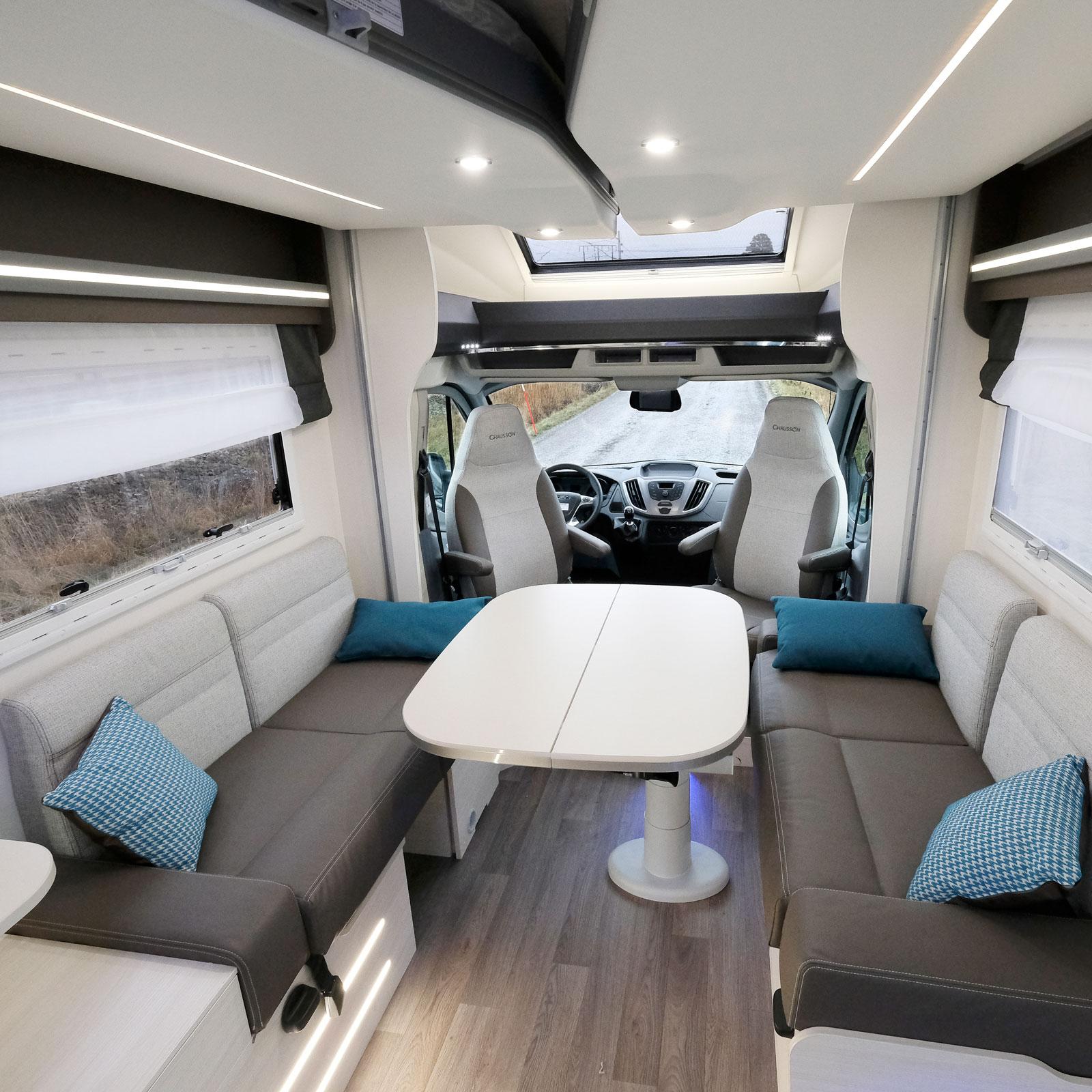 I bilens främre del finns en väl tilltagen sittgrupp med plats för många. Bordet i mitten är lätt att skjuta och vrida dit man vill.