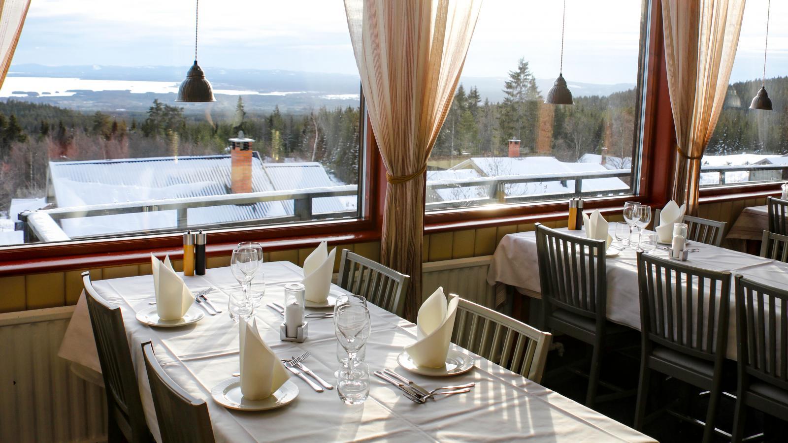 Middag med utsikt över Orsasjön. Fryksås Hotell och Gestgifveri.