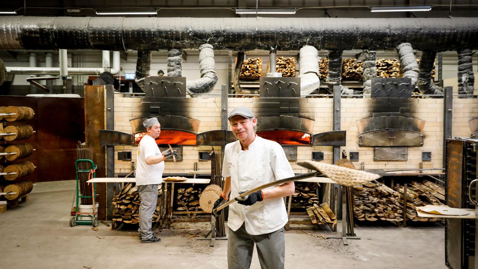 Knäckebrödet bakas fortfarande i ugnar med öppen eld.
