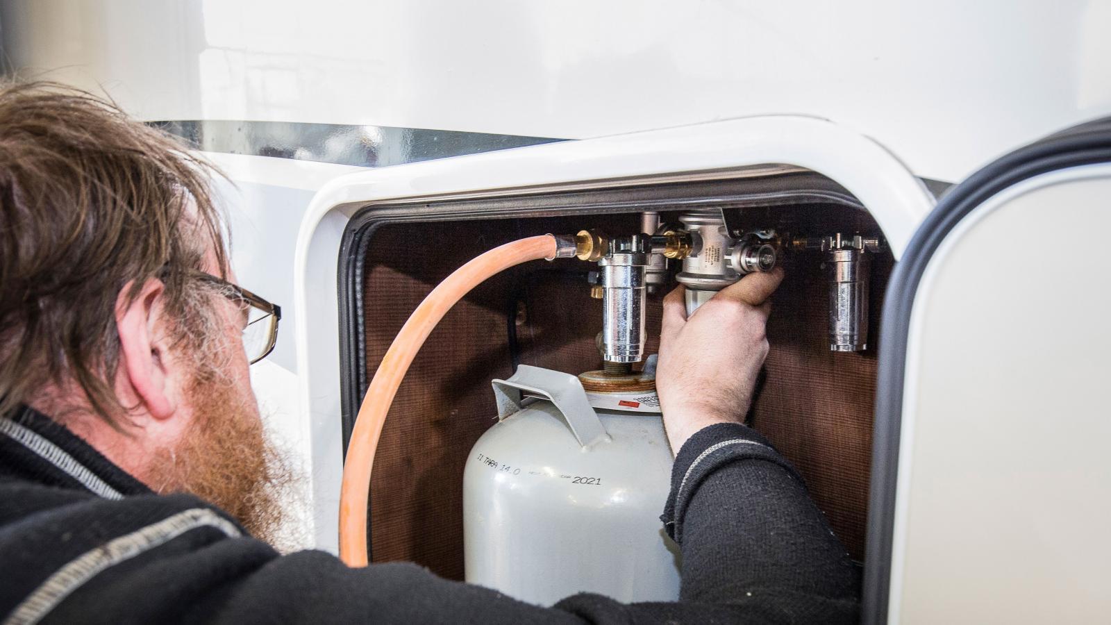 Gasolkontroll och fukttest rekommenderas att göras årligen för att vara på den säkra sidan.