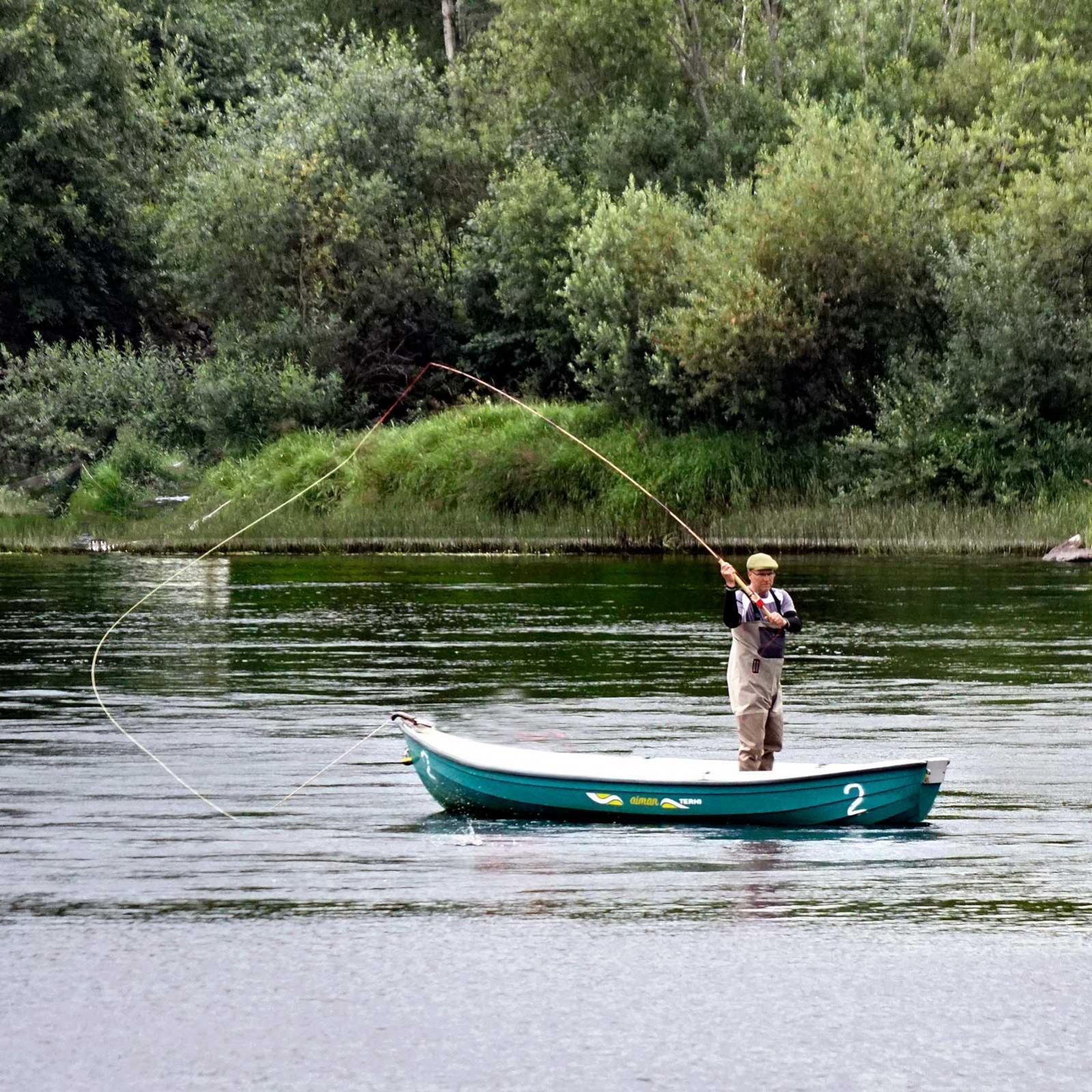 Fiskare kommer långväga ifrån för nappatag med den  storväxta insjölaxen och öringen som vandrar upp från Vänern.