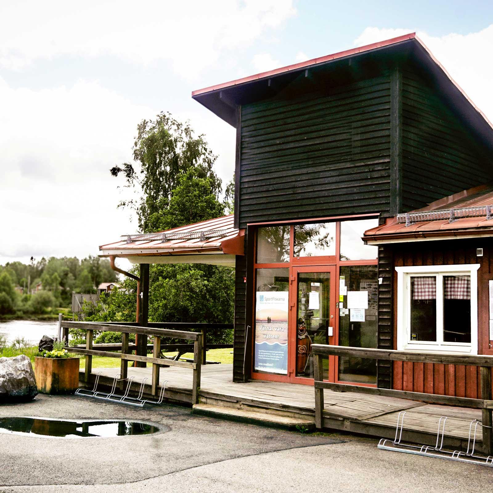 Forshaga kommun äger och regionavdelningen av organisationen Sportfiskarna arrenderar.