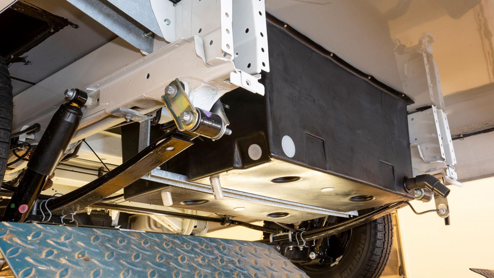 Gråvattentankar sitter oftast under bilen, men ibland återfinns de i ett dubbelgolv vilket gör att de inte syns undertill. Gråvattentanken kan även vara uppvärmd.