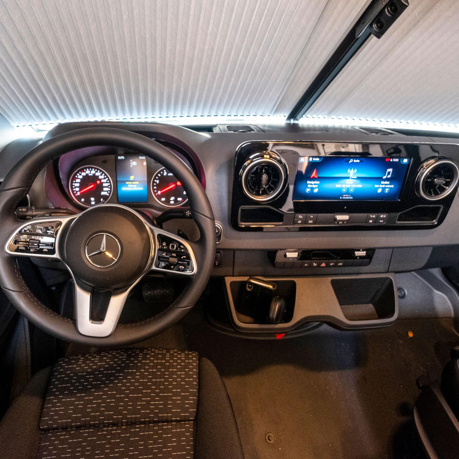 Mercedes förarmiljö är enkel att komma överrens med. Växling görs med en spak bakom ratten.
