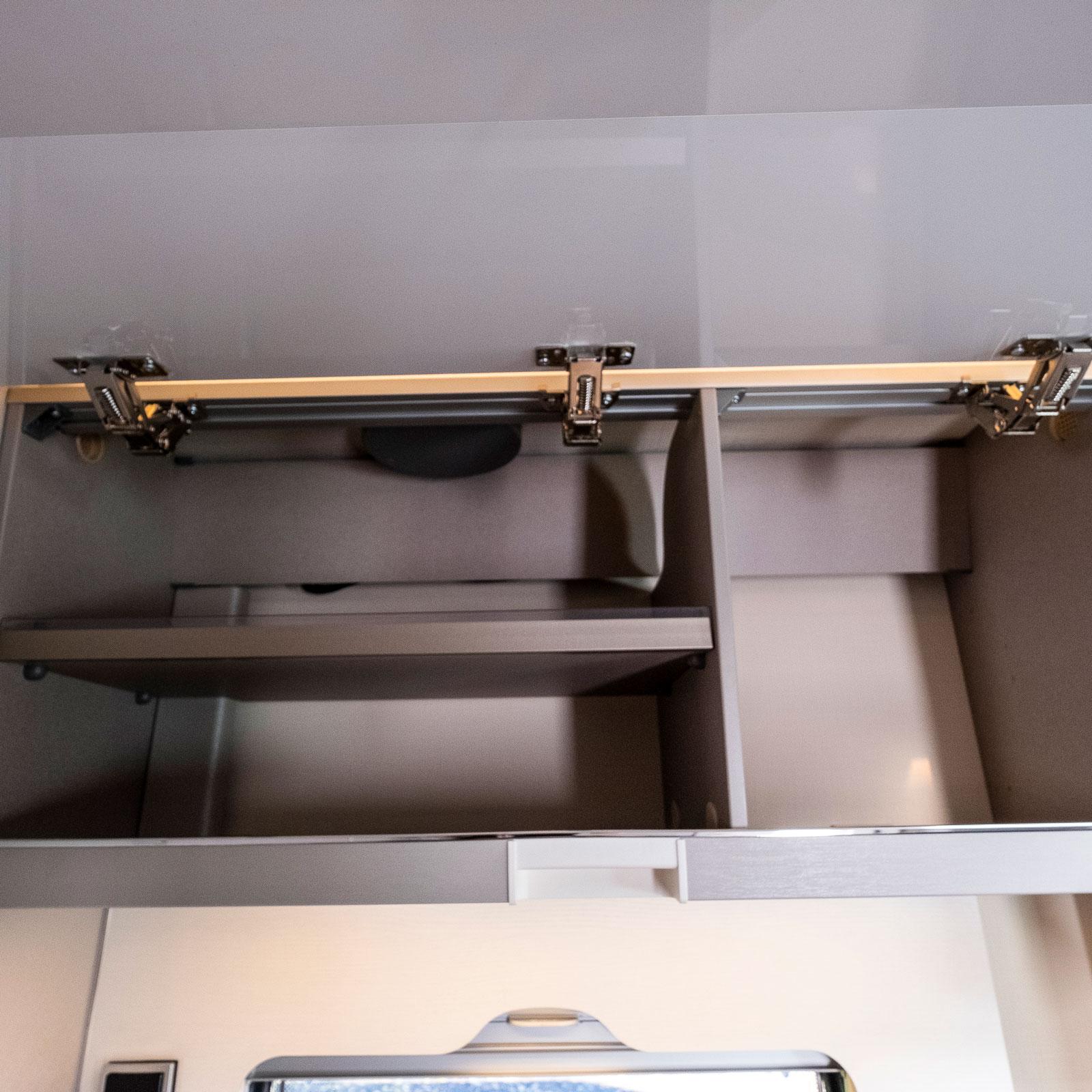 Tallrikar, glas och höga saker får plats i överskåpet.