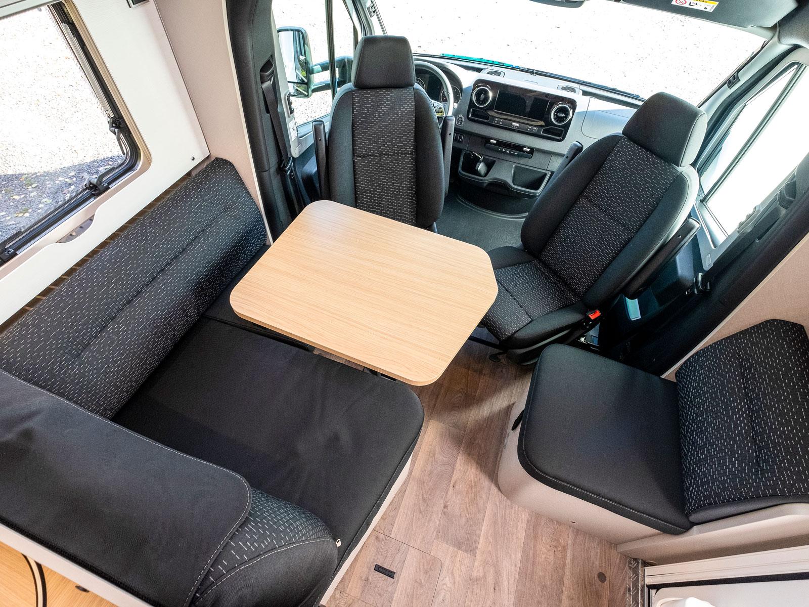 Runt bordet sitter fyra bekvämt. I soffan finns även säkerhetsbälten så det går att åka fyra bältade i Hymer Tramp S 680.