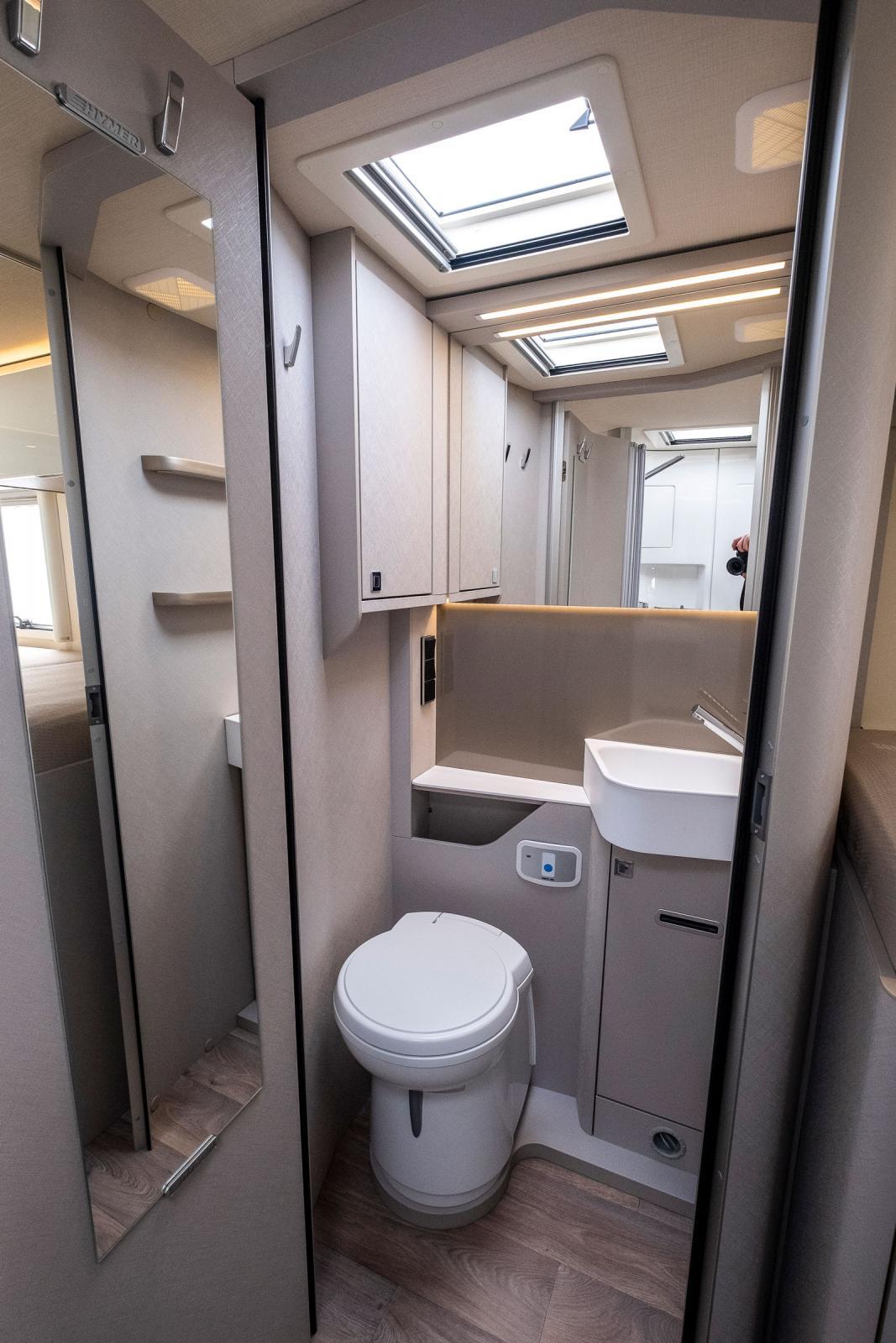 Massor av speglar och klädkrokar i toalettutrymmet.