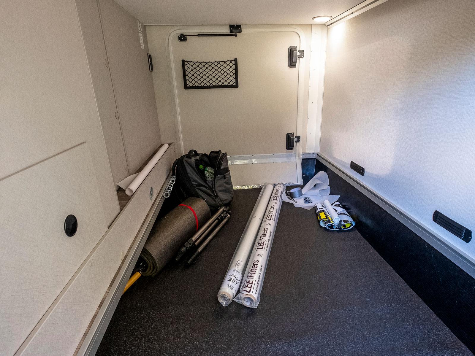 Gott om plats i det uppvärmda och belysta garaget. Det finns även lastöglor för att surra fast exempelvis en eller ett par cyklar.