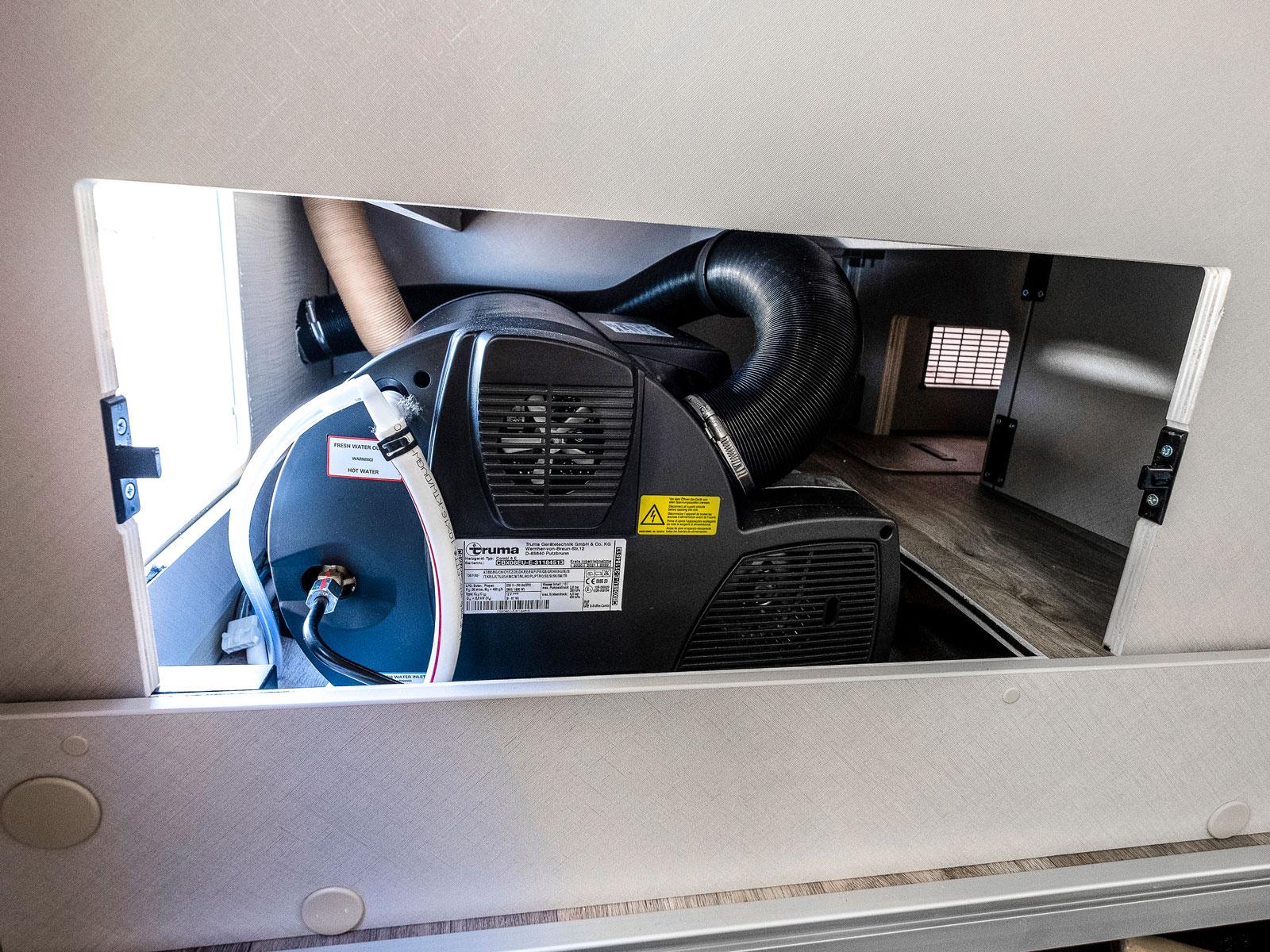 Bakom en panel i garaget hittar vi värmepannan.