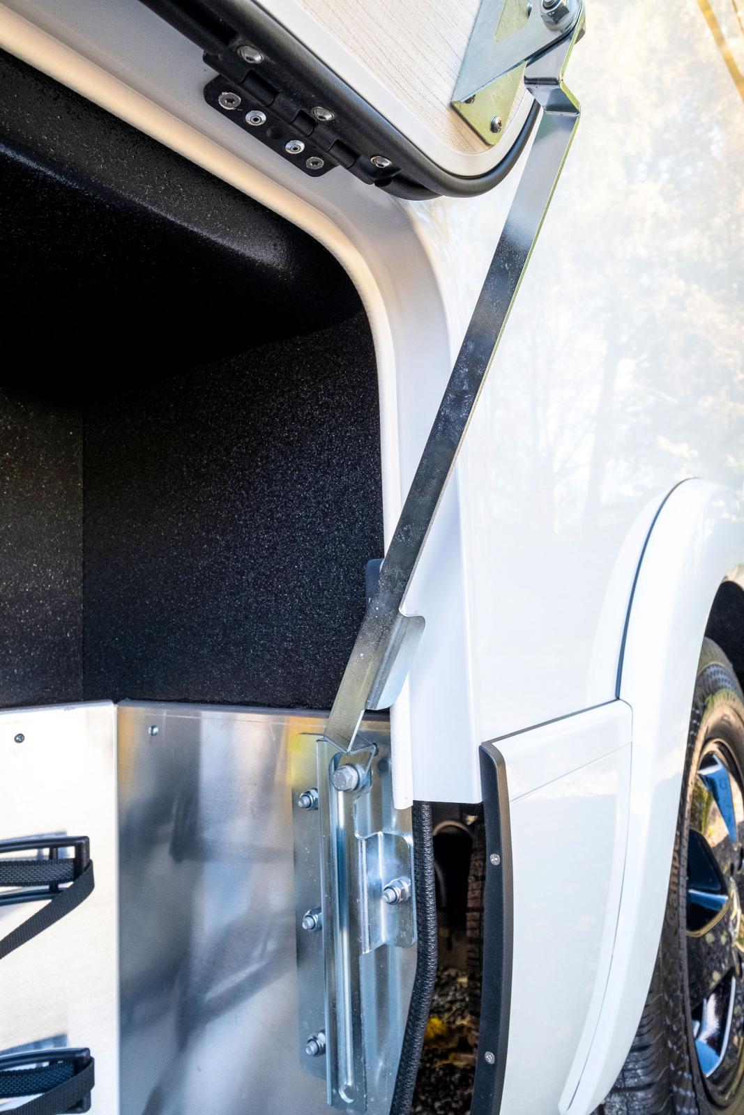Ett enklare och kanske lättare och mer hållbart sätt att hålla luckorna i uppfällt läge. Många andra använder gasfjädrar här.