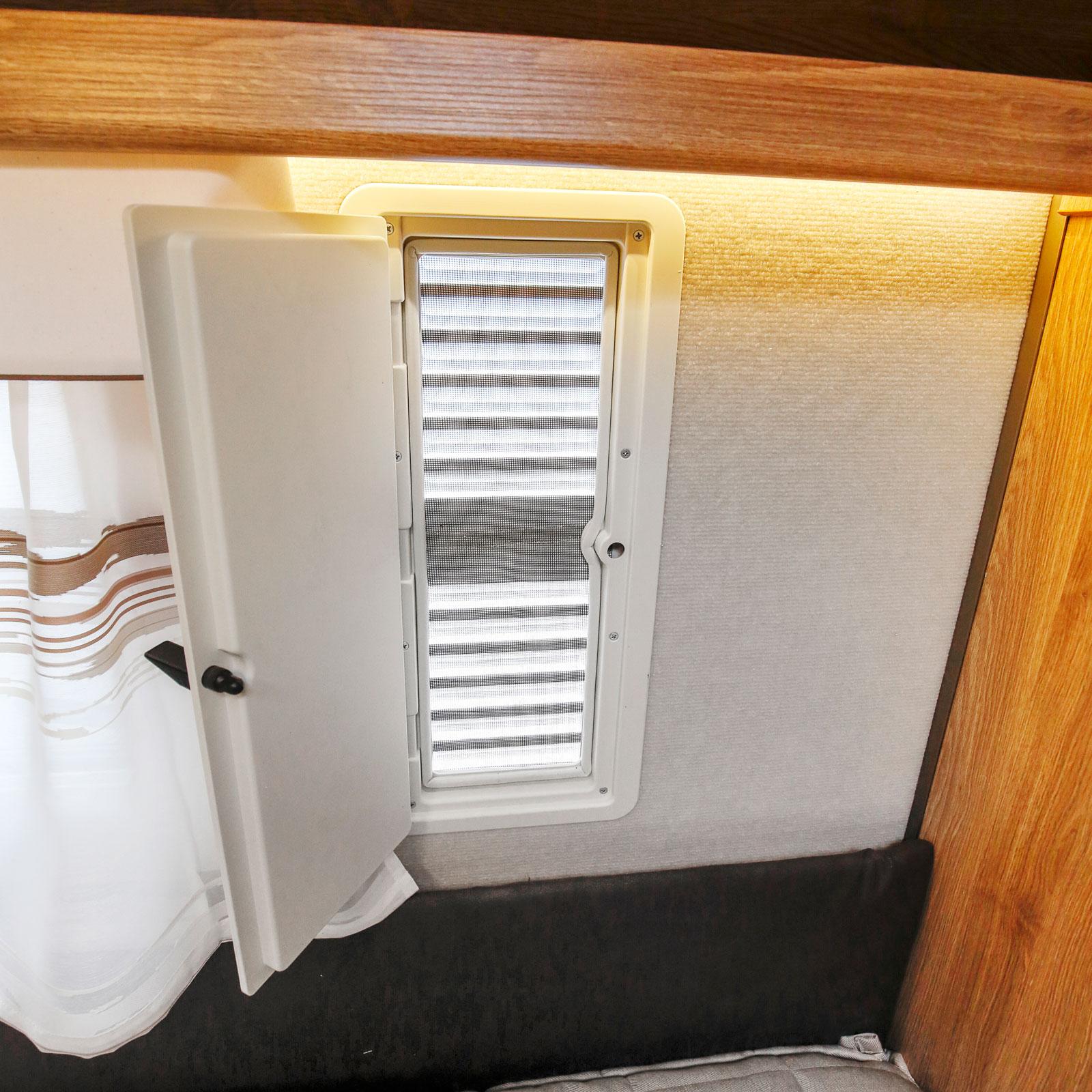 Vädringsluckor till båda sängarna ingår i standardutrustningen.
