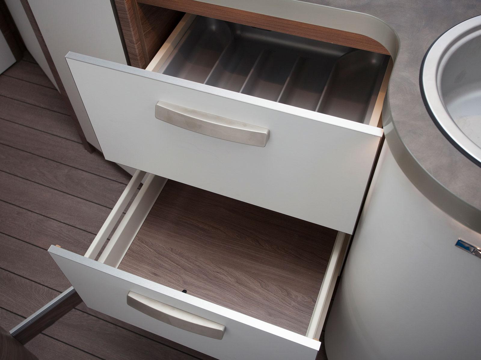 Konventionella kökslådor där den övre har besticklåda.