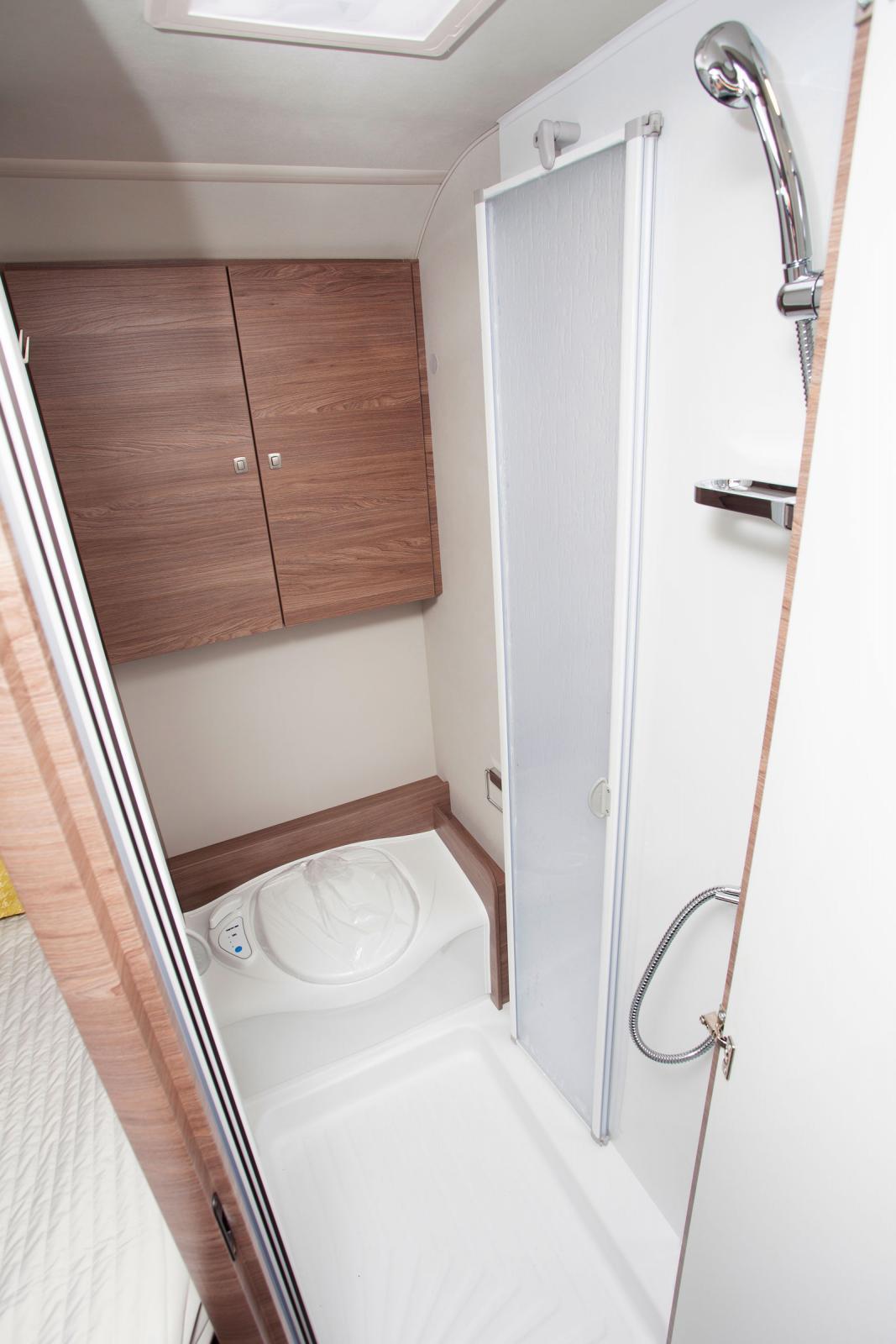 I duschen finns en nedfällbar klädstång där exempelvis blöta regnkläder kan hänga och droppa av.