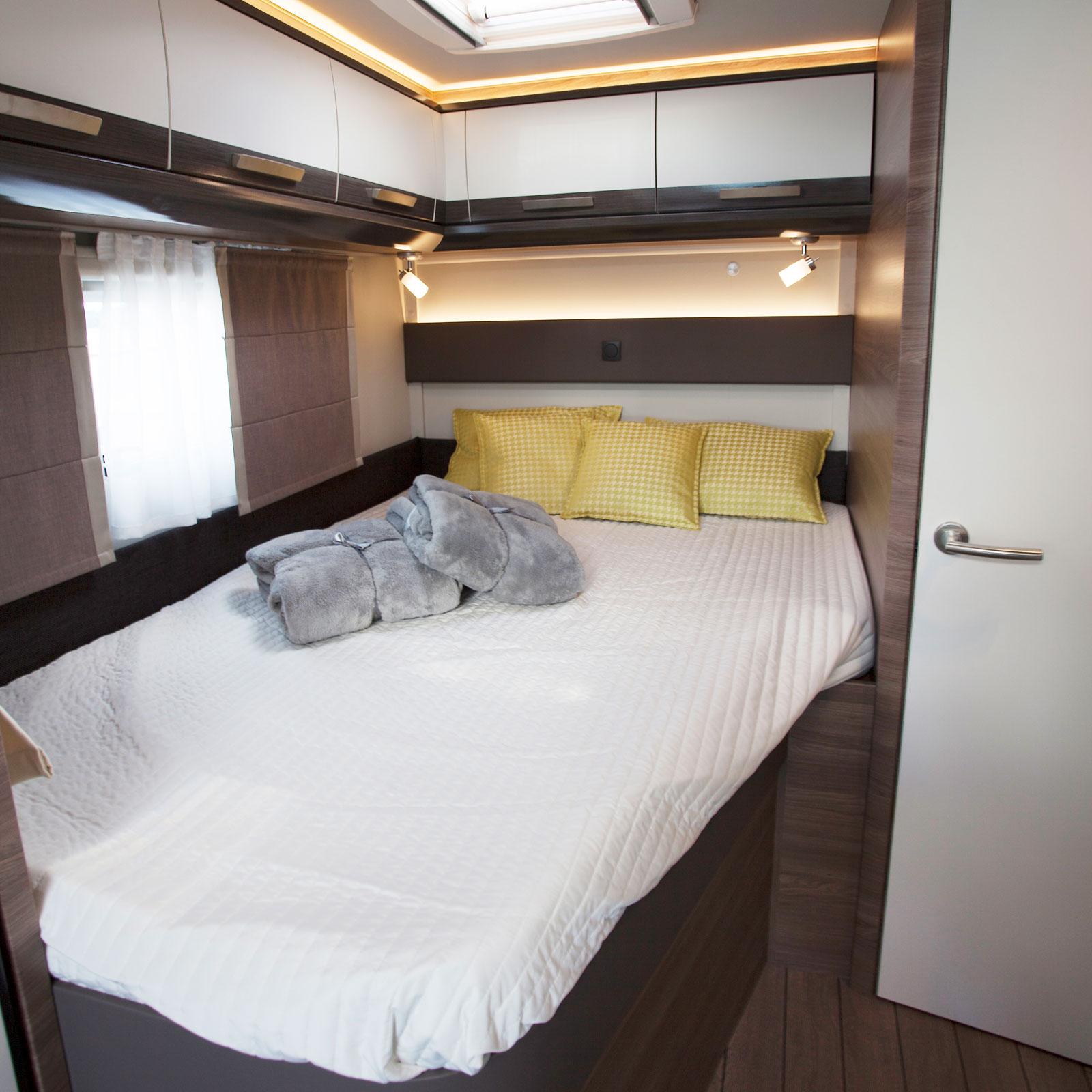 Den franska sängen erbjuder bra komfort liksom rejäla förvaringsutrymmen undertill. Usb-uttag saknas i anslutning till sängen.