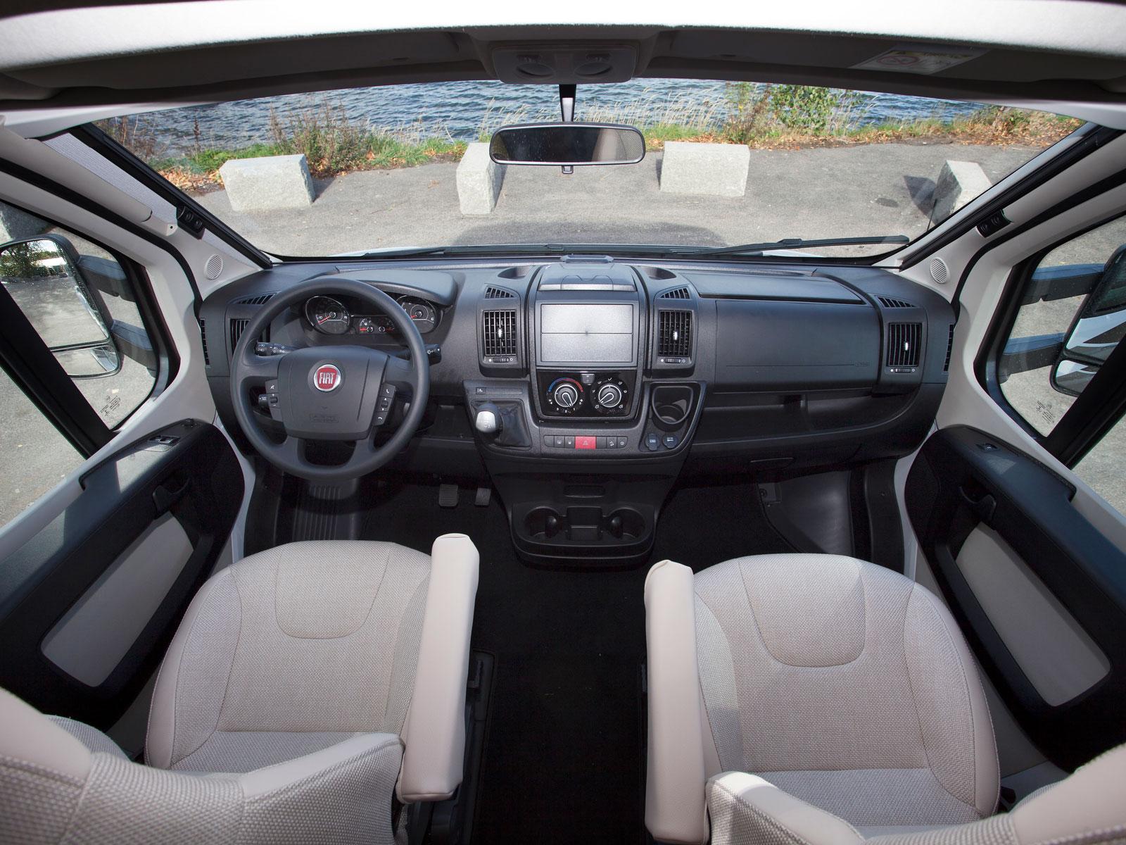 Förarhytt i klassiskt Fiat Ducato-utförande.