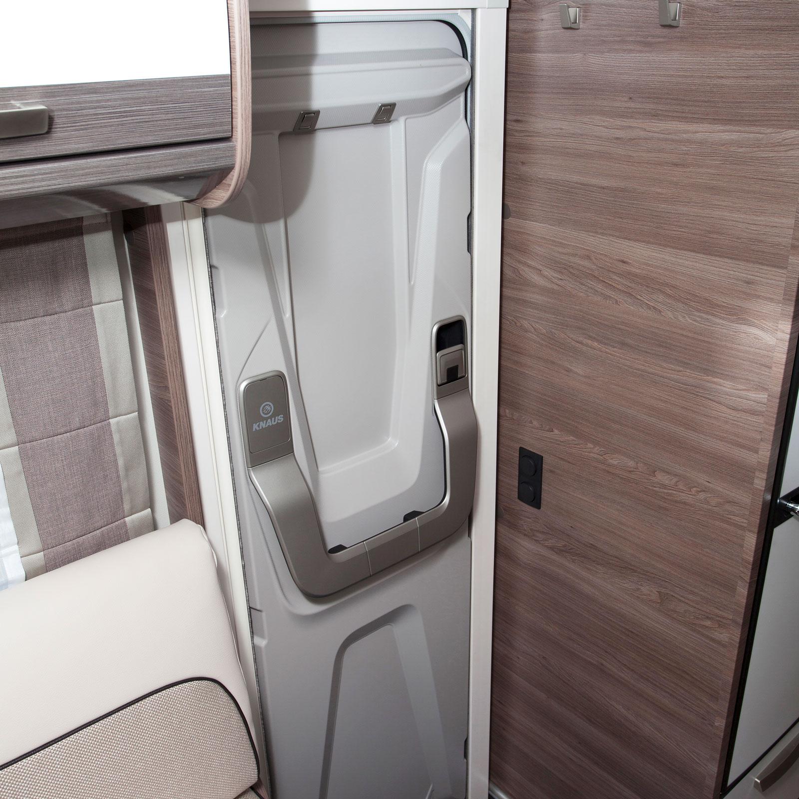 Den luftburna värmen styrs liksom den elektroniska golvvärmen och belysningen via enkla paneler ovanför bodelsdörren. Modellen är även utrustad med Truma iNet för styrning via telefonen.