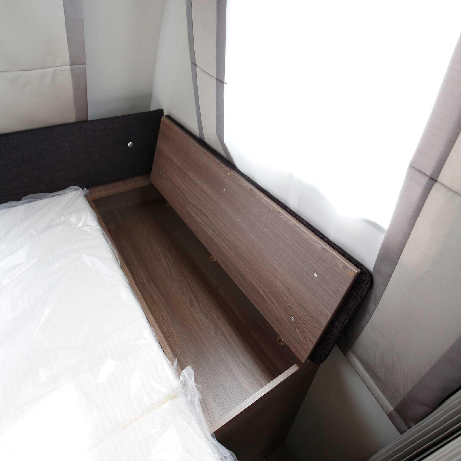 Förvaring finns också vid sängens fotände.