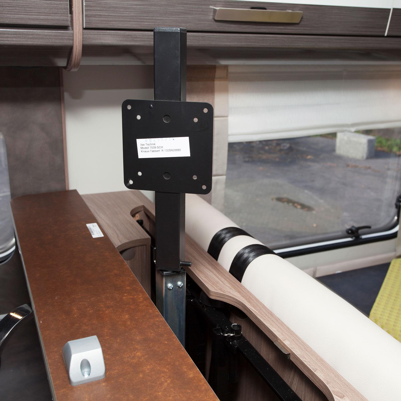 Tv-fäste som i nedfällt läge döljer hela tv:n och i uppfällt läge kan vridas i 360 grader. Formidabelt!