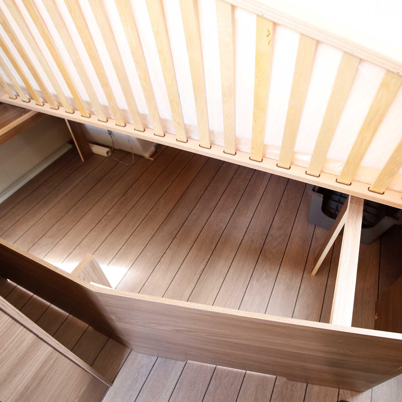 Under sängen får man plats med lite mer skrymmande saker.