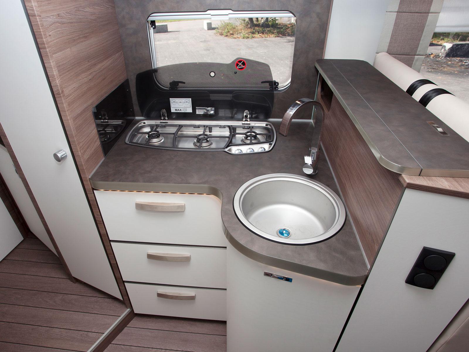 Utmärkande för köket i L!ve TI-versionen är att utdragbara lådor saknas i det välvda underskåpet.