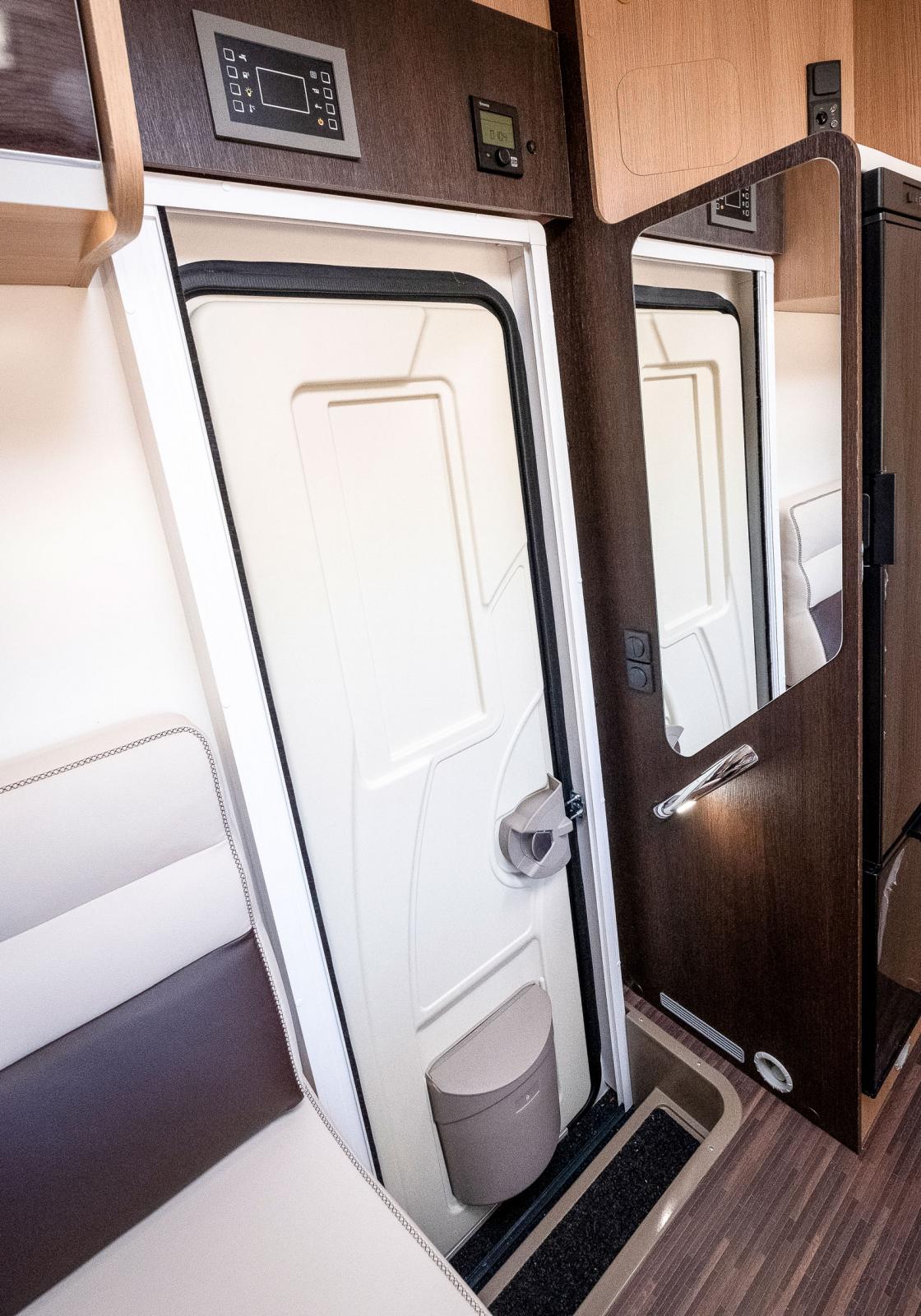 Bodelsdörren är bred och direkt innanför finns en spegel, det skulle vara bättre med lite lägre spegel med klädkrokar ovanför.