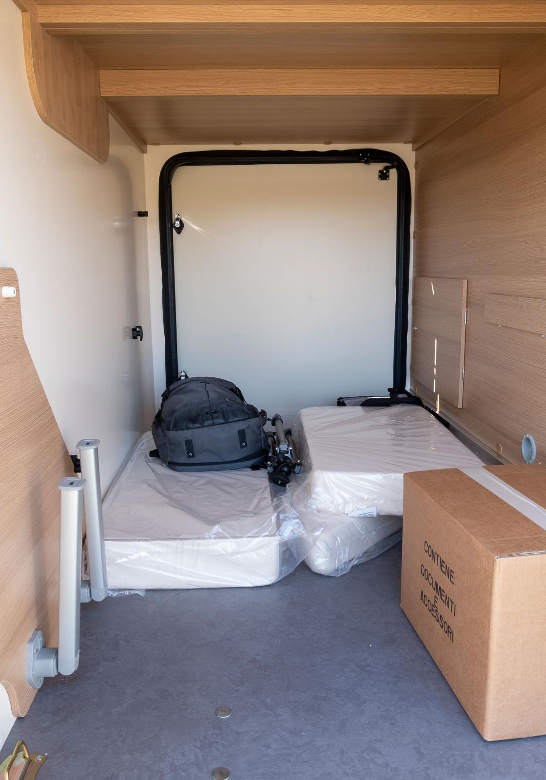 Garaget är rymligt och det finns stora dörrar på båda sidor av bilen.