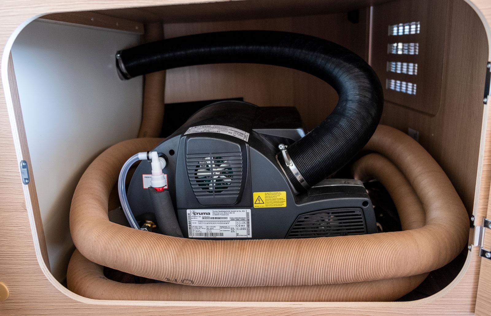 Likt en orm ringlar sig rören som leder varmluften från värmepannan. som kan drivas av gas, el  eller en kombination av dem.